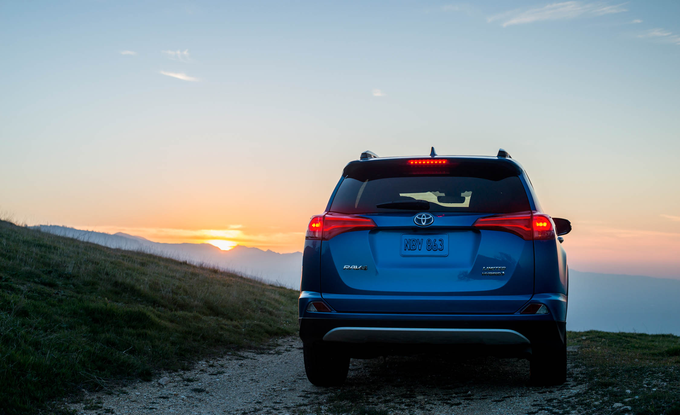 2016 Toyota Rav4 Hybrid Exterior Rear End (Photo 10 of 26)