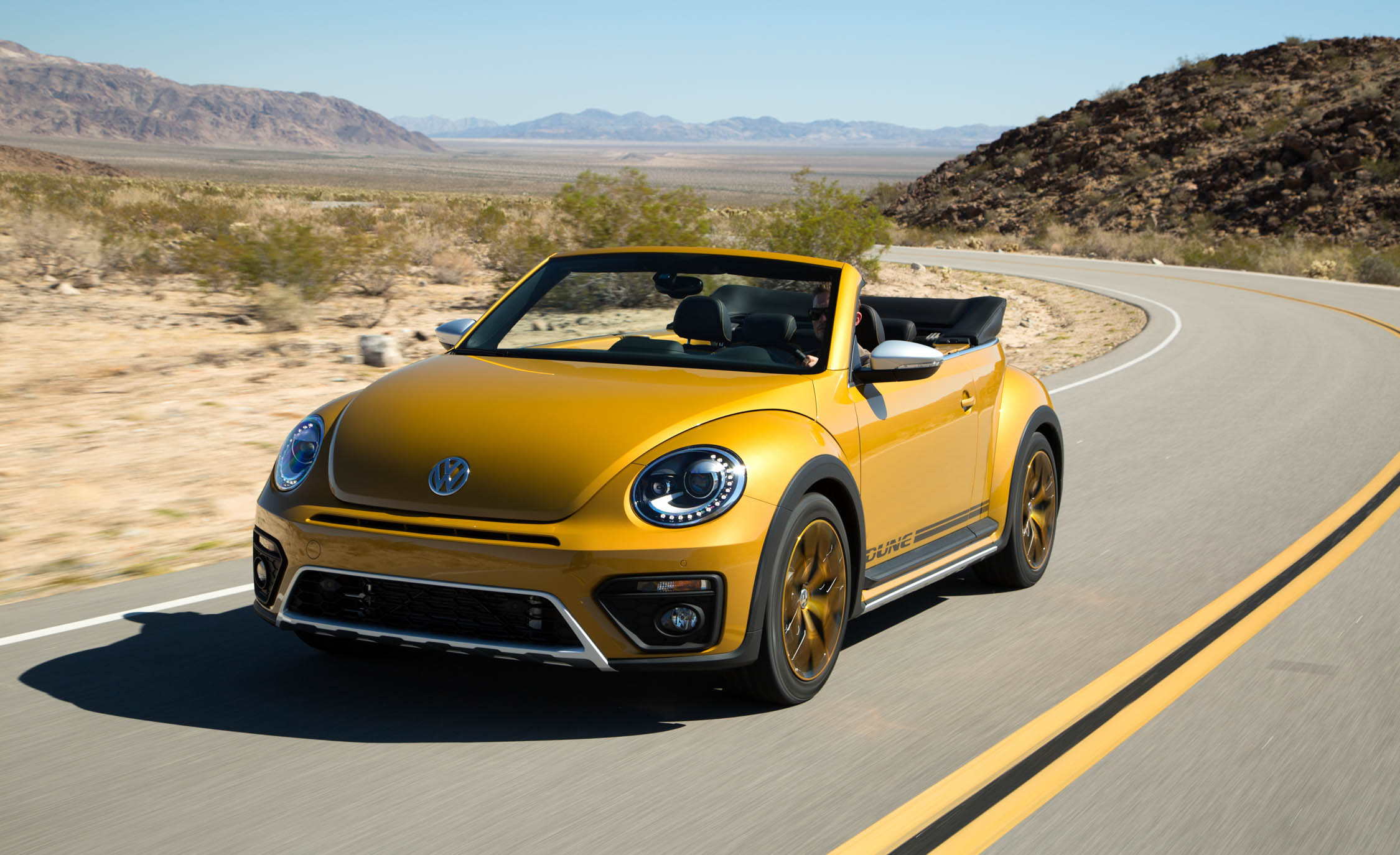 2016 Volkswagen Beetle Dune Convertible Test Front (Photo 7 of 32)