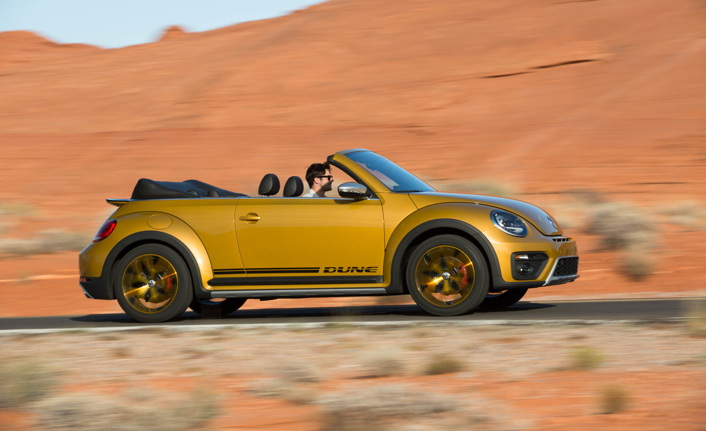 2016 Volkswagen Beetle Dune Convertible Test Side (Photo 9 of 32)