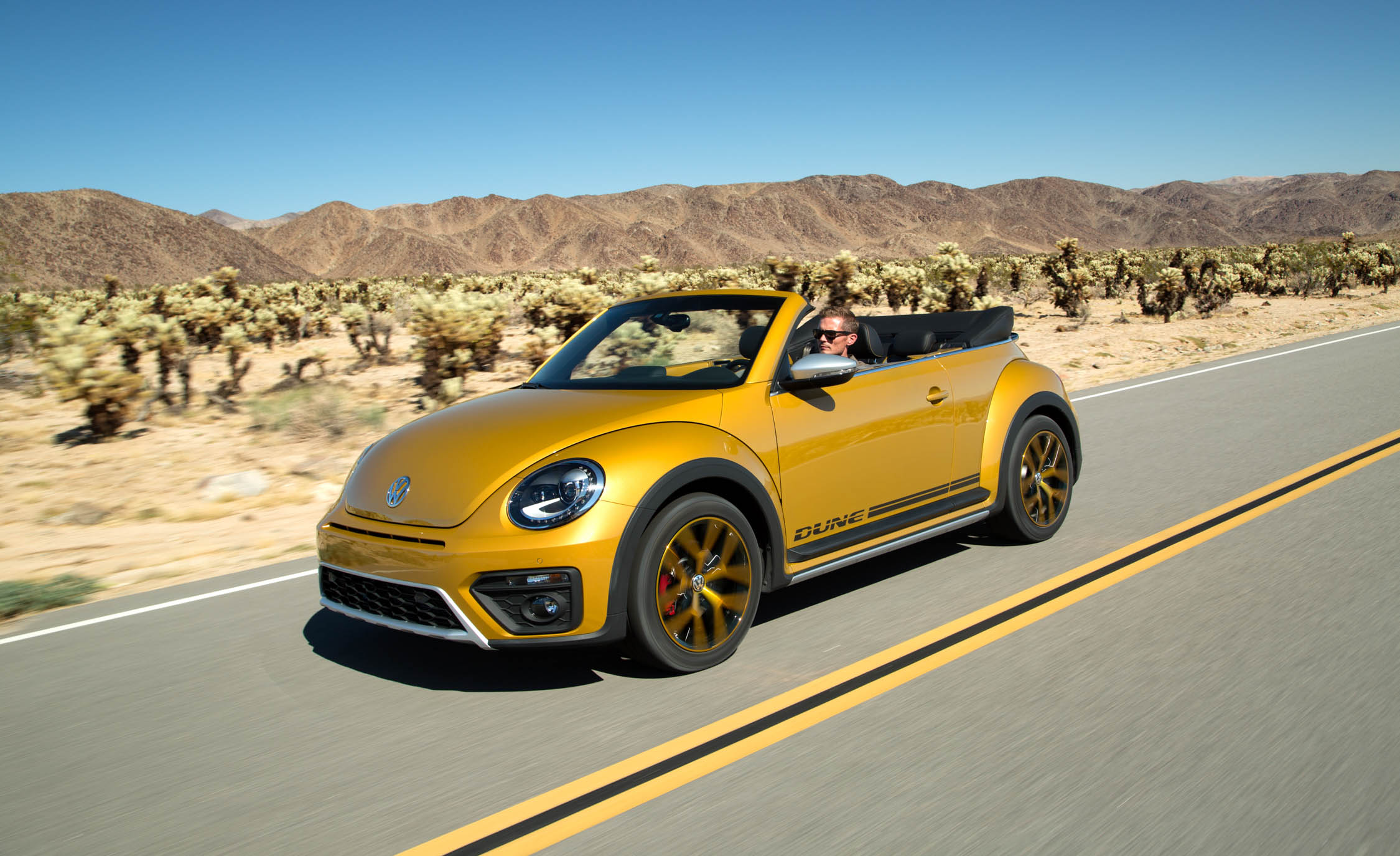 2016 Volkswagen Beetle Dune Convertible (Photo 2 of 32)