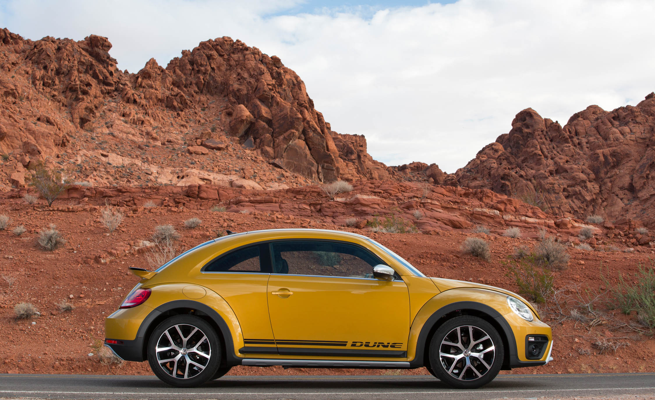 2016 Volkswagen Beetle Dune Coupe Exterior Full Side (Photo 14 of 32)