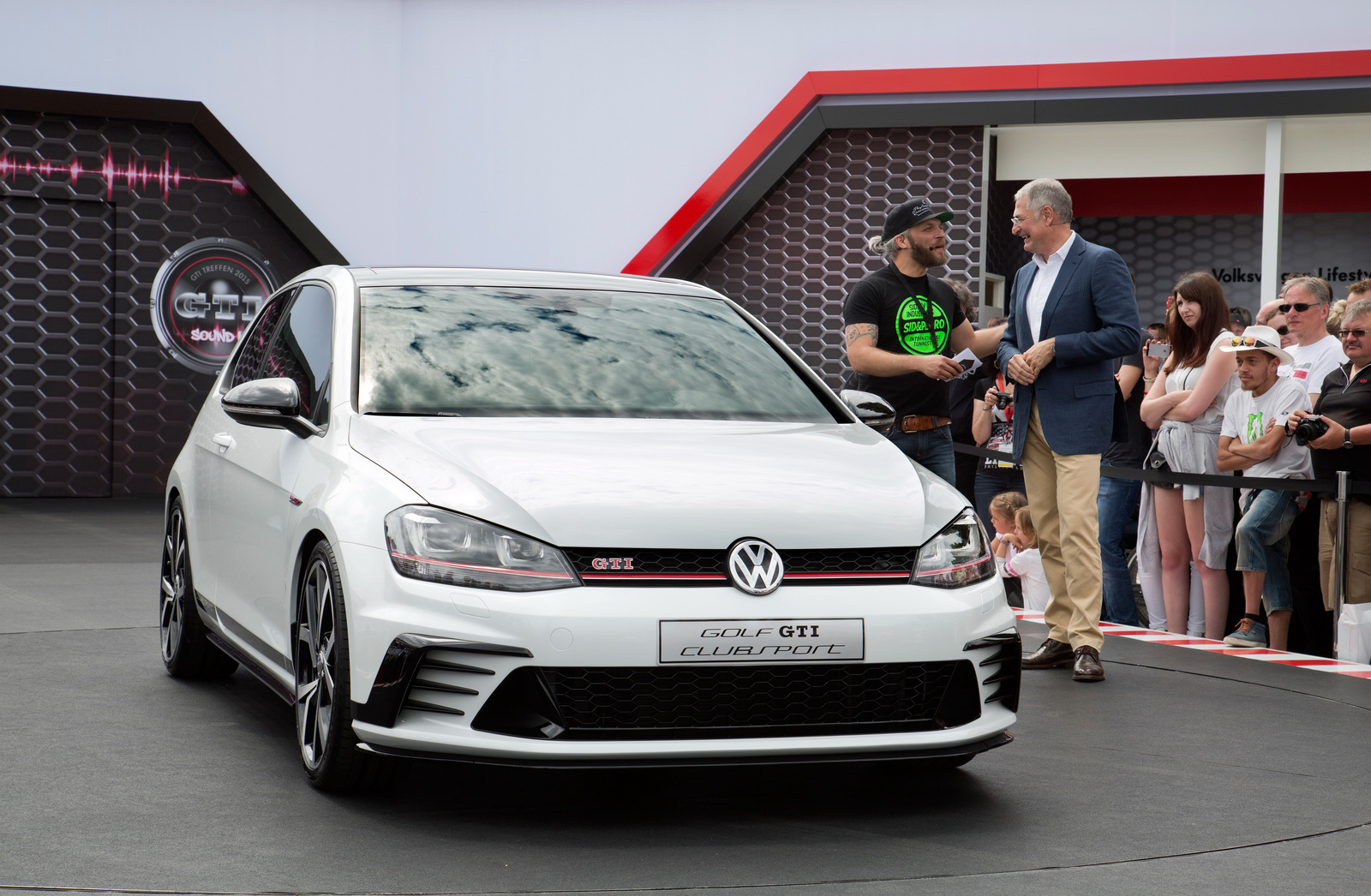 2016 Volkswagen Golf Gti Clubsport Front Angle (Photo 6 of 10)