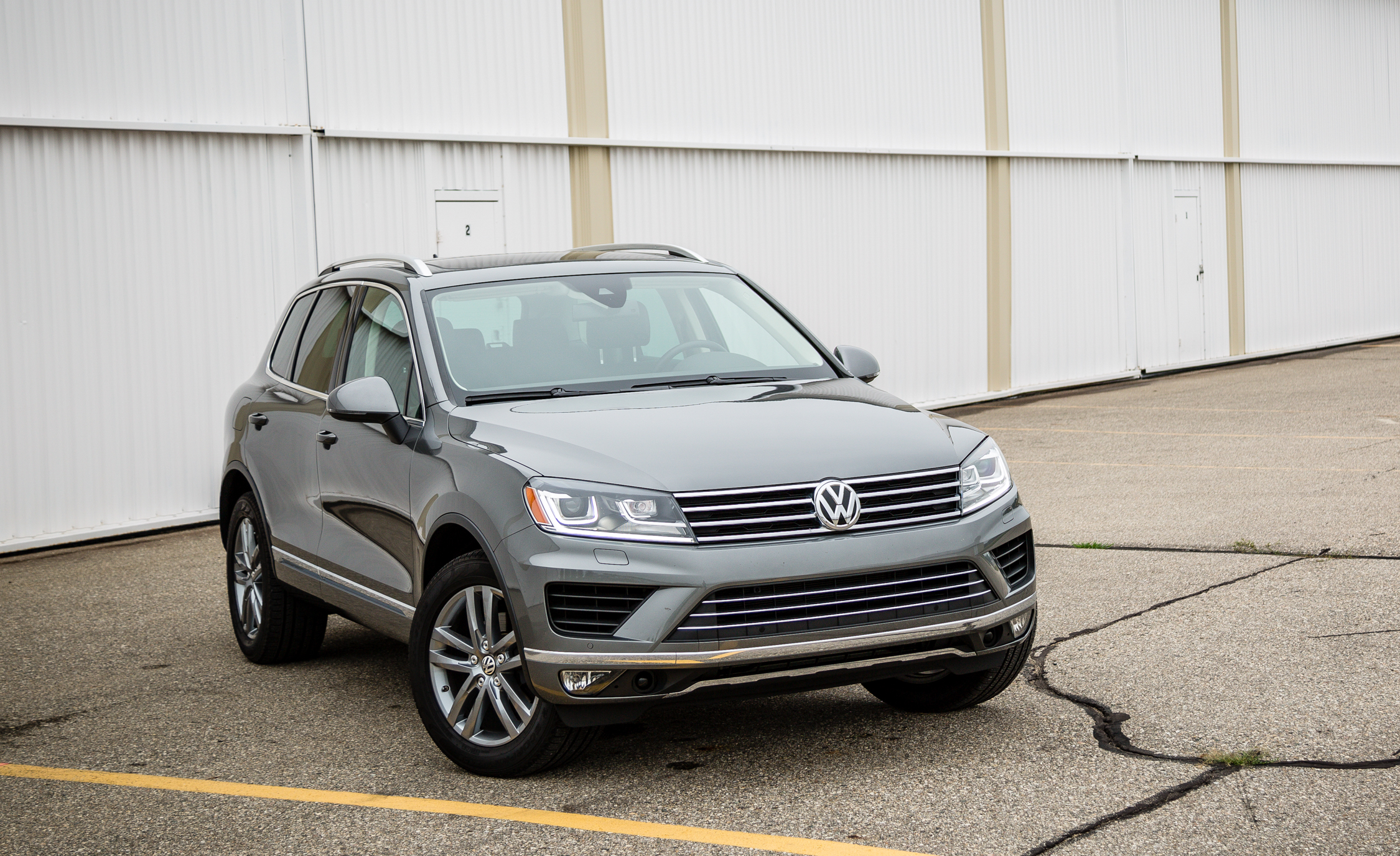 2016 Volkswagen Touareg Exterior (Photo 2 of 16)