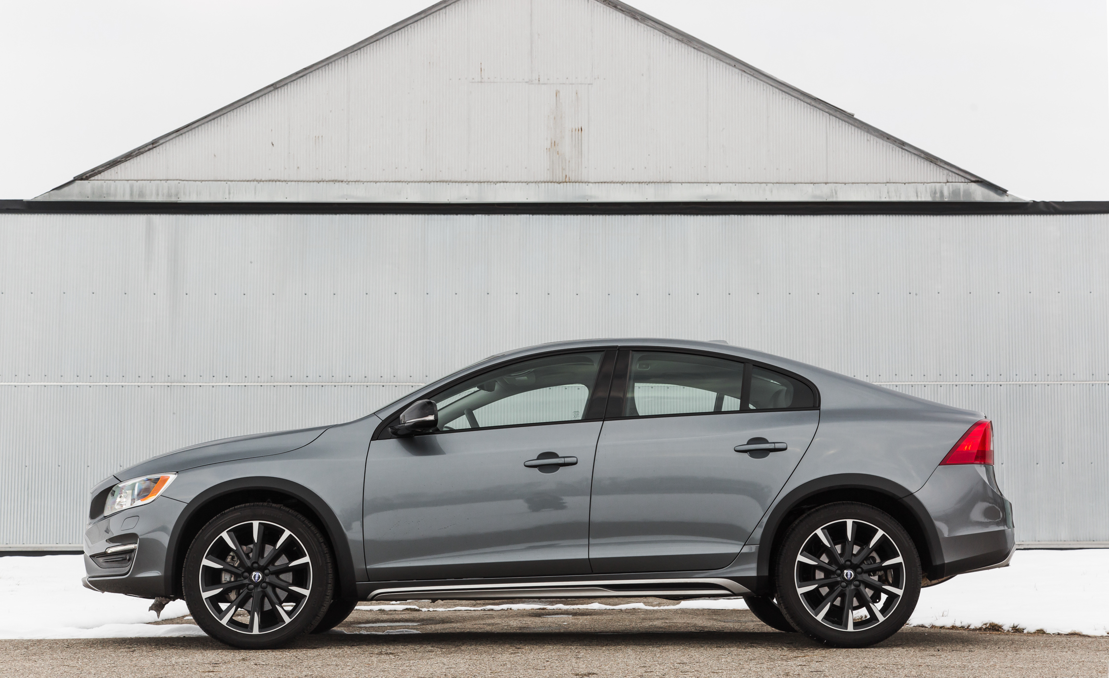 2016 Volvo S60 Cross Country Exterior Full Side (Photo 6 of 21)