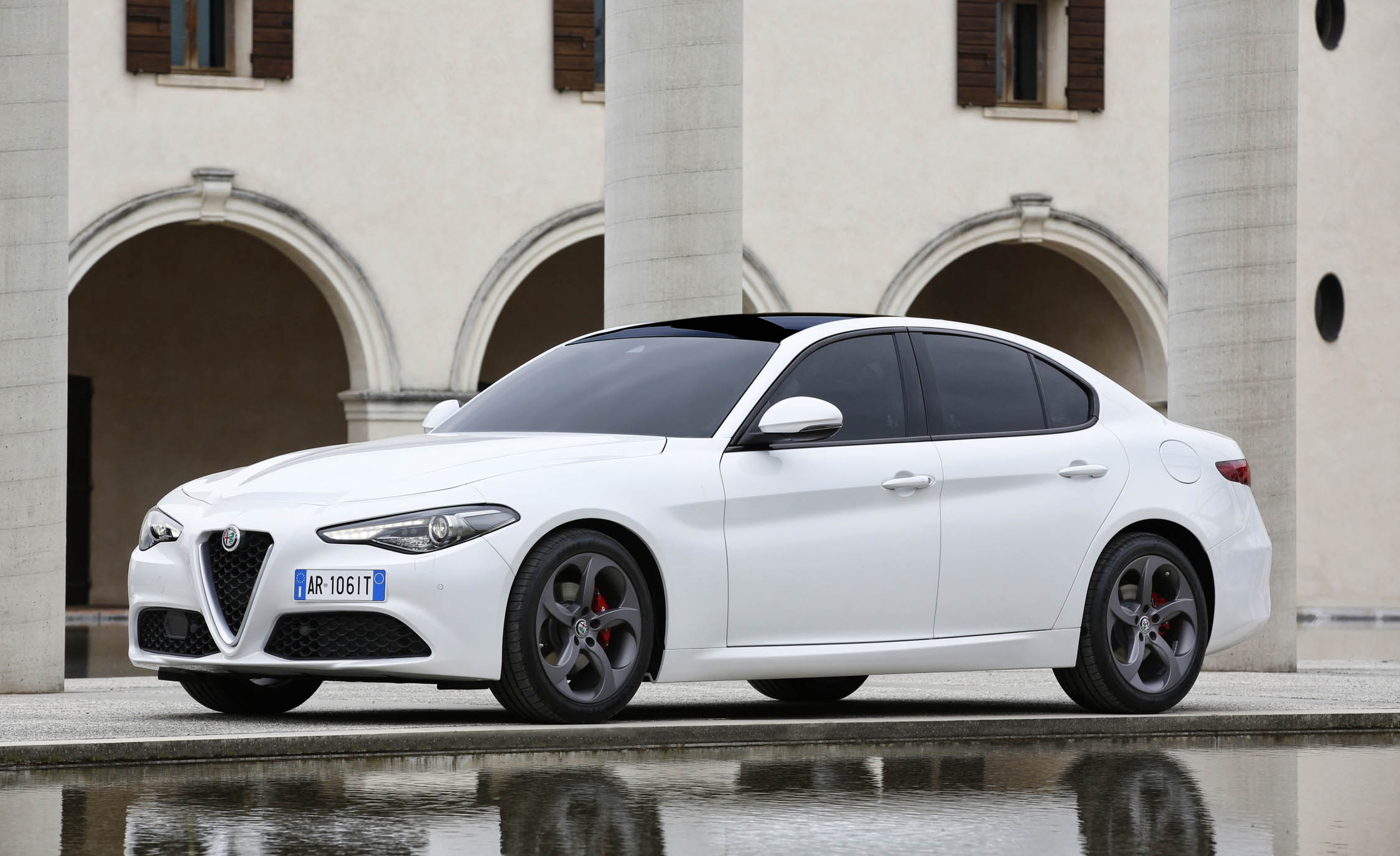 2017 Alfa Romeo Giulia (Photo 24 of 30)