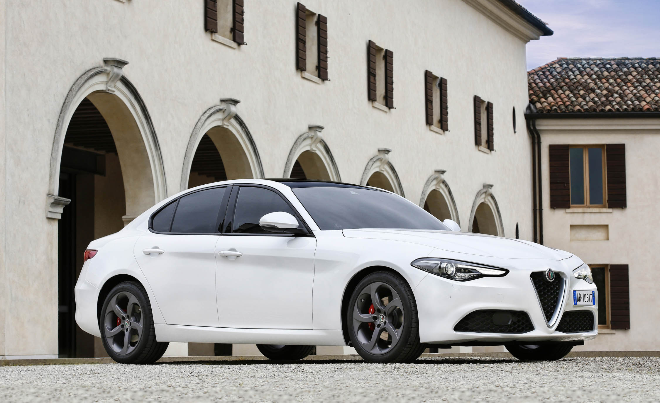 2017 Alfa Romeo Giulia (Photo 25 of 30)
