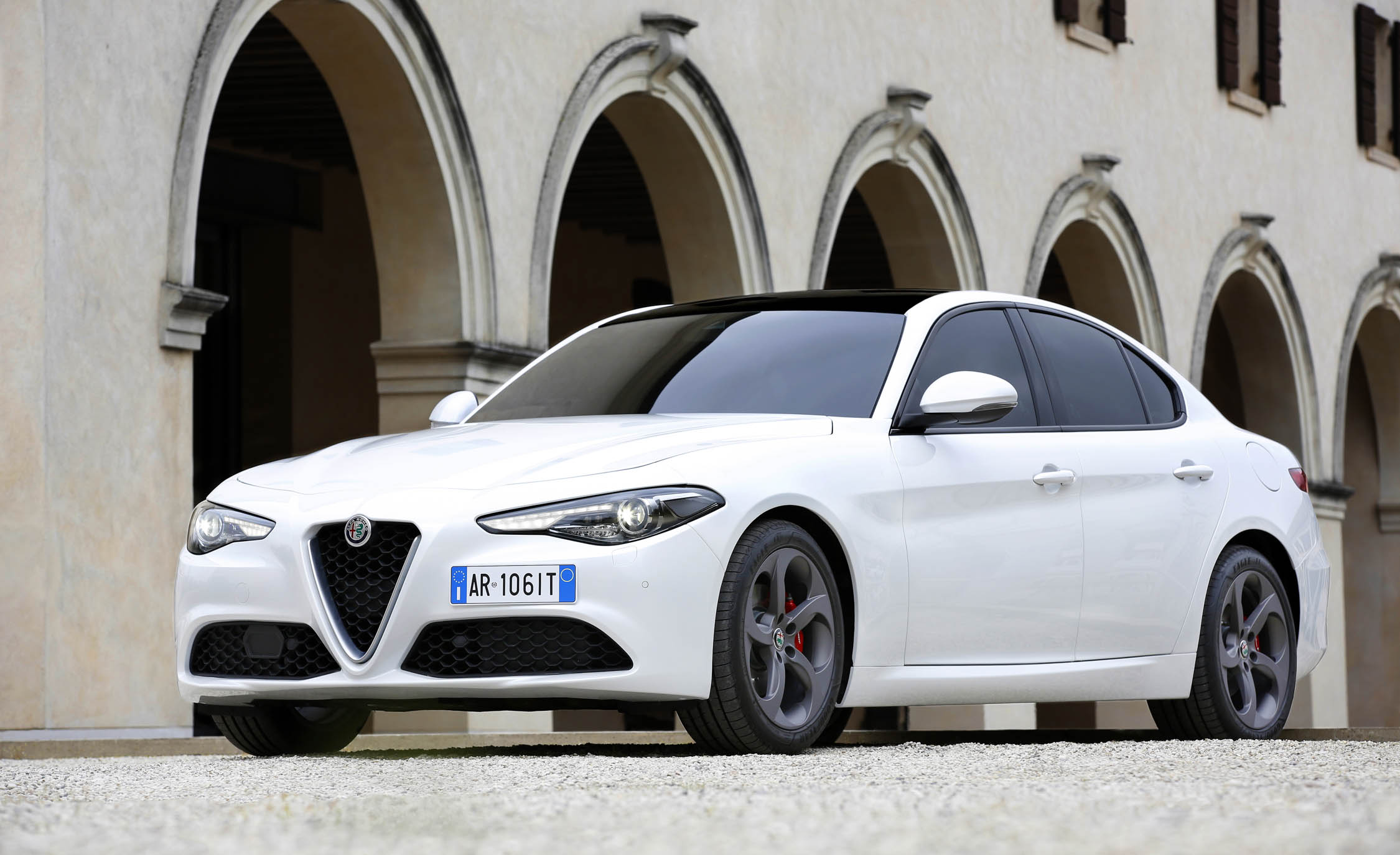 2017 Alfa Romeo Giulia (Photo 28 of 30)