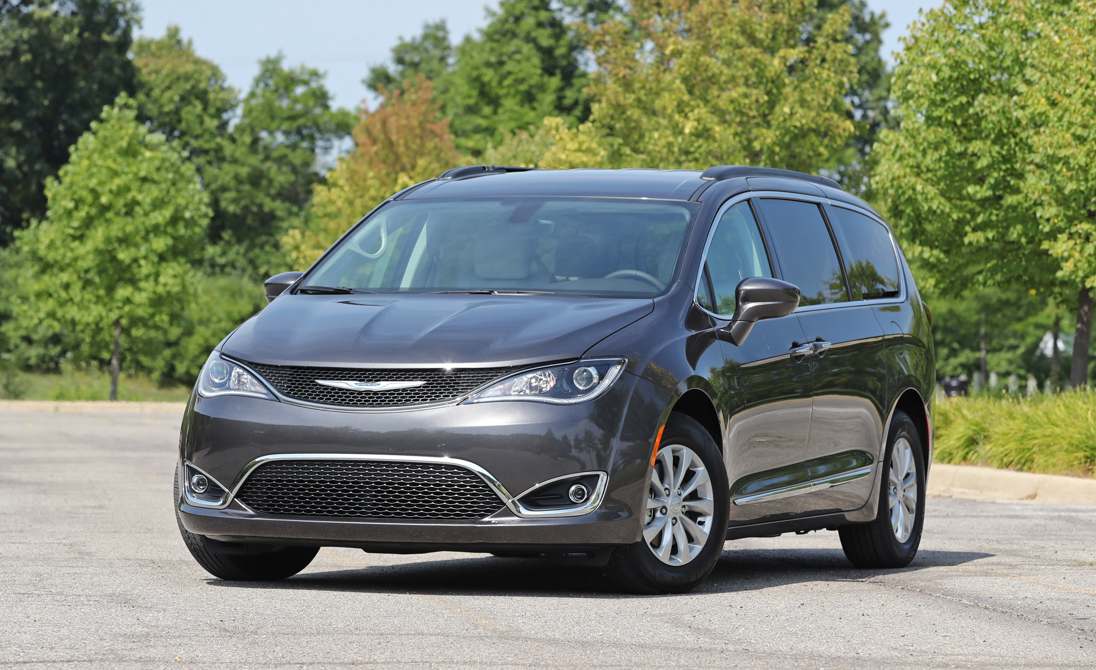 2017 Chrysler Pacifica Exterior Front (Photo 2 of 25)