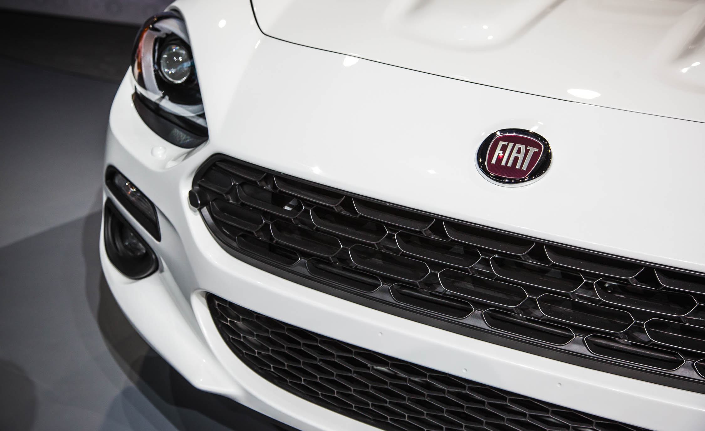 2017 Fiat 124 Spider Grille (Photo 14 of 23)