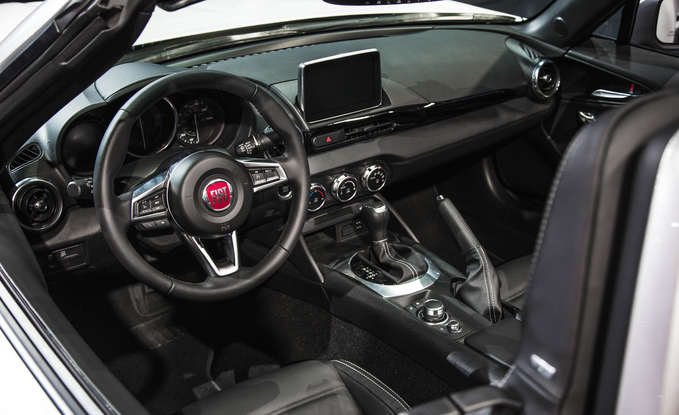 2017 Fiat 124 Spider Interior Cockpit And Dashboard (Photo 16 of 23)