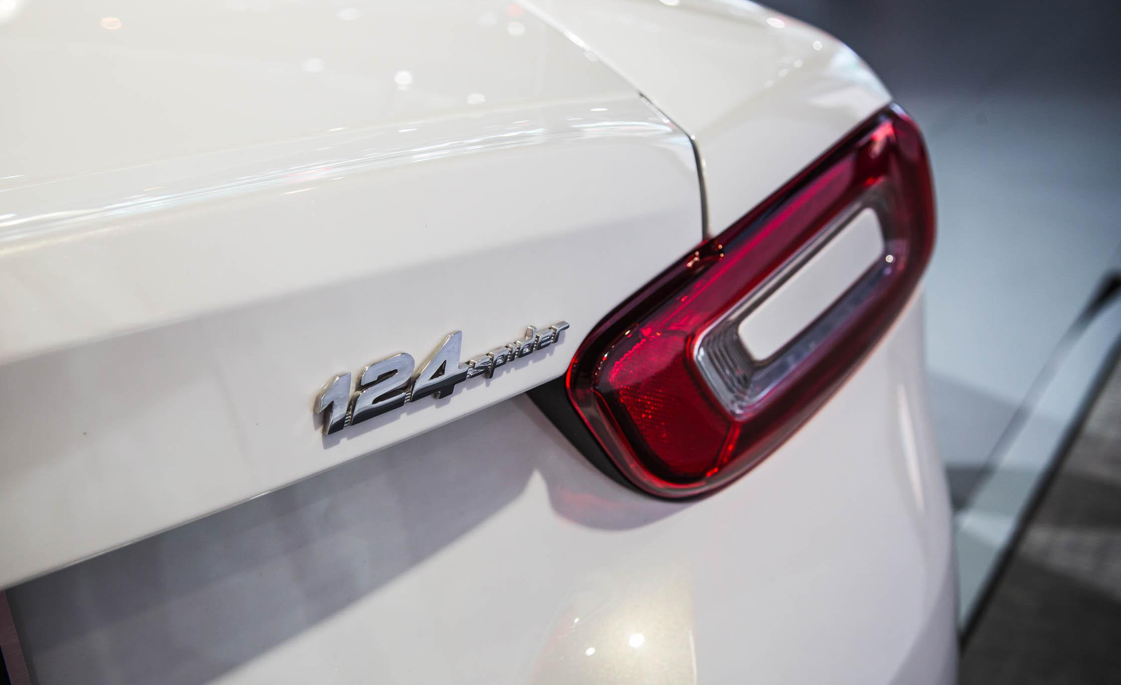 2017 Fiat 124 Spider Rear Emblem (Photo 19 of 23)