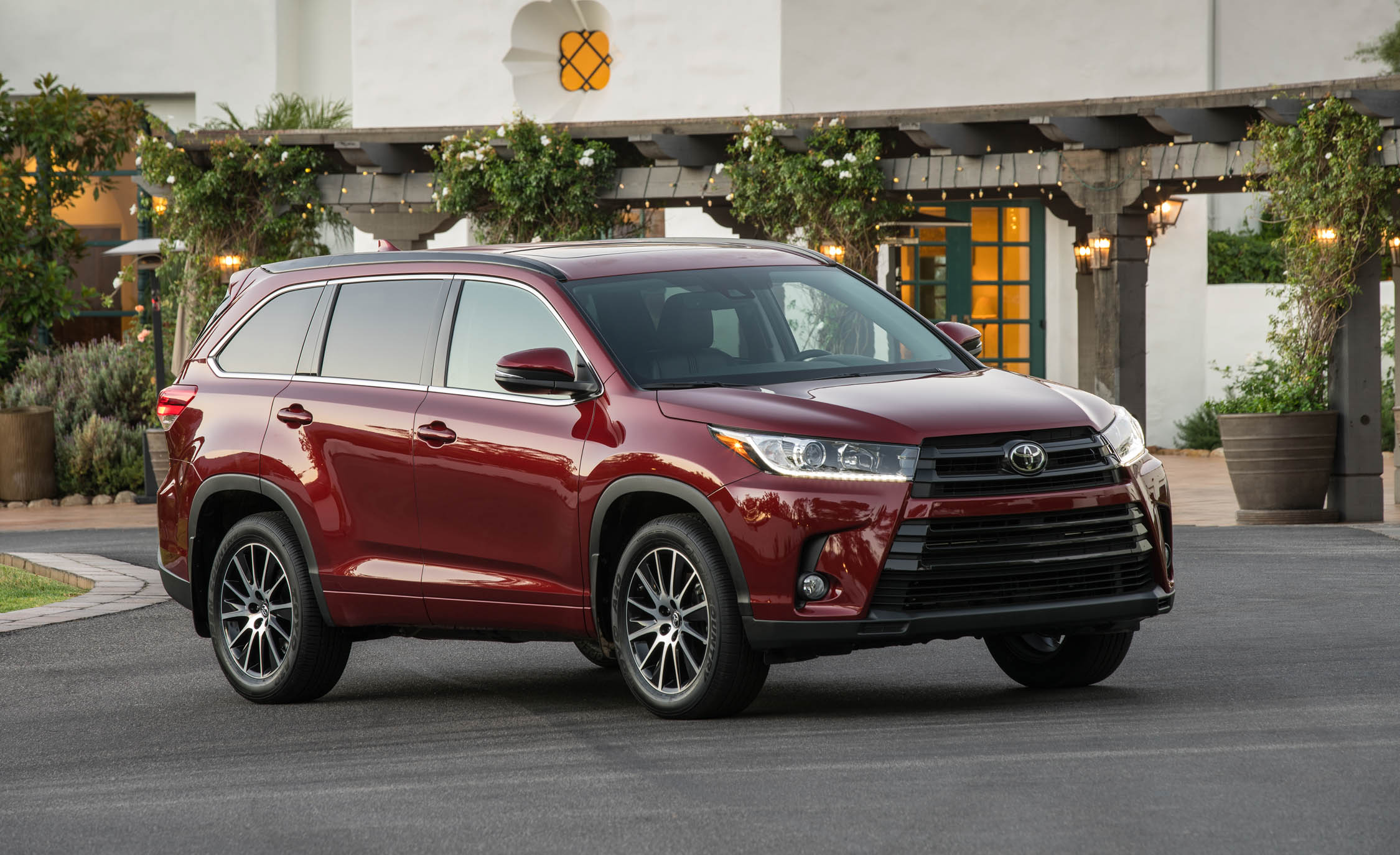 2017 Toyota Highlander (Photo 6 of 10)