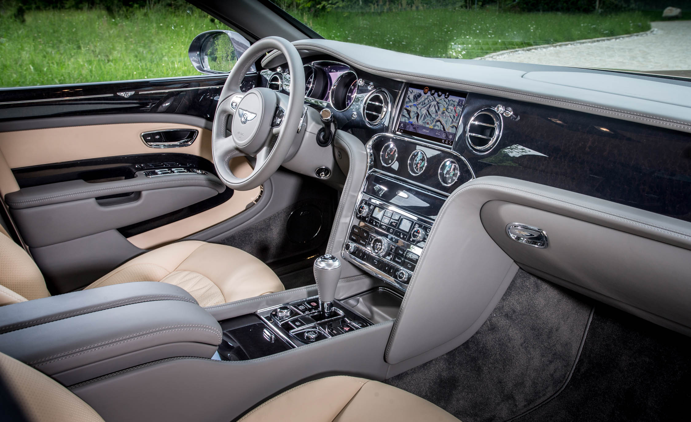 2017 Bentley Mulsanne EWB (Photo 33 of 37)