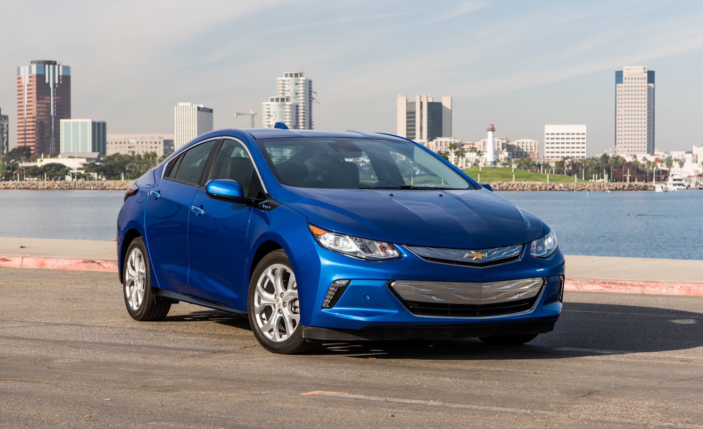 2017 Chevrolet Volt Exterior (Photo 2 of 16)