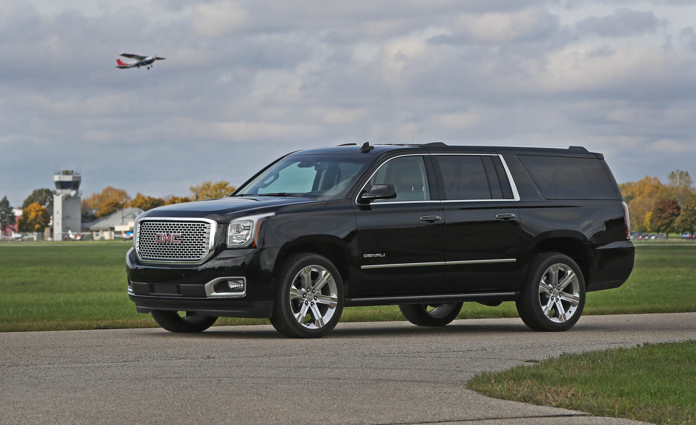 2017 Gmc Yukon Xl Denali Exterior Front And Side (Photo 4 of 26)