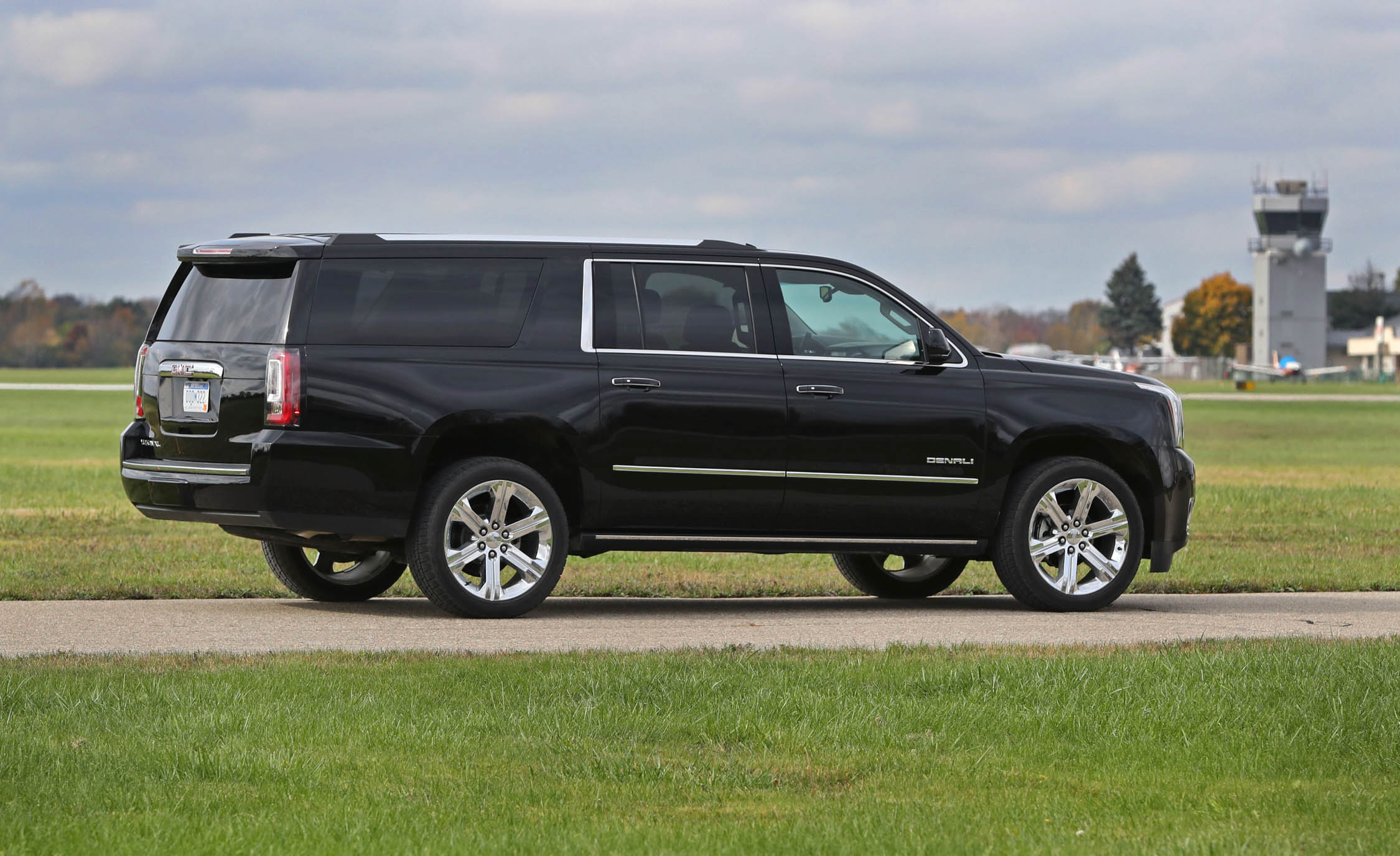 2017 Gmc Yukon Xl Denali Exterior Side And Rear (Photo 9 of 26)