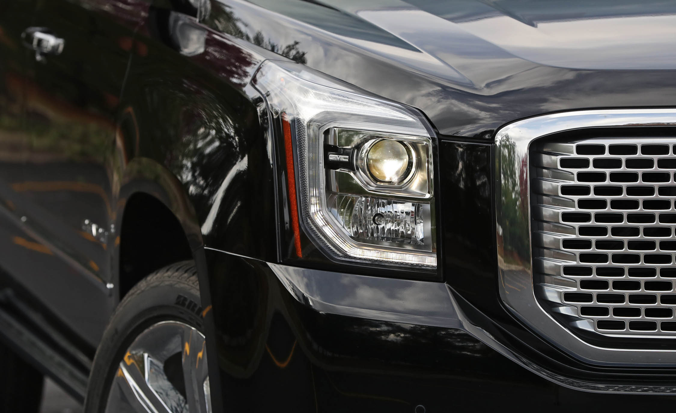 2017 Gmc Yukon Xl Denali Exterior View Headlight (Photo 12 of 26)