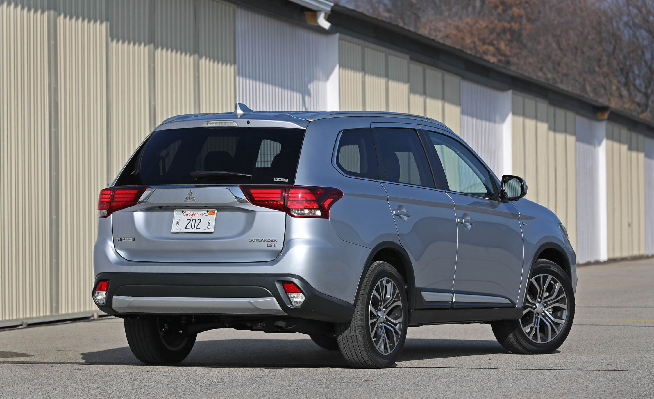 2017 Mitsubishi Outlander Gt Exterior Rear And Side (View 32 of 34)