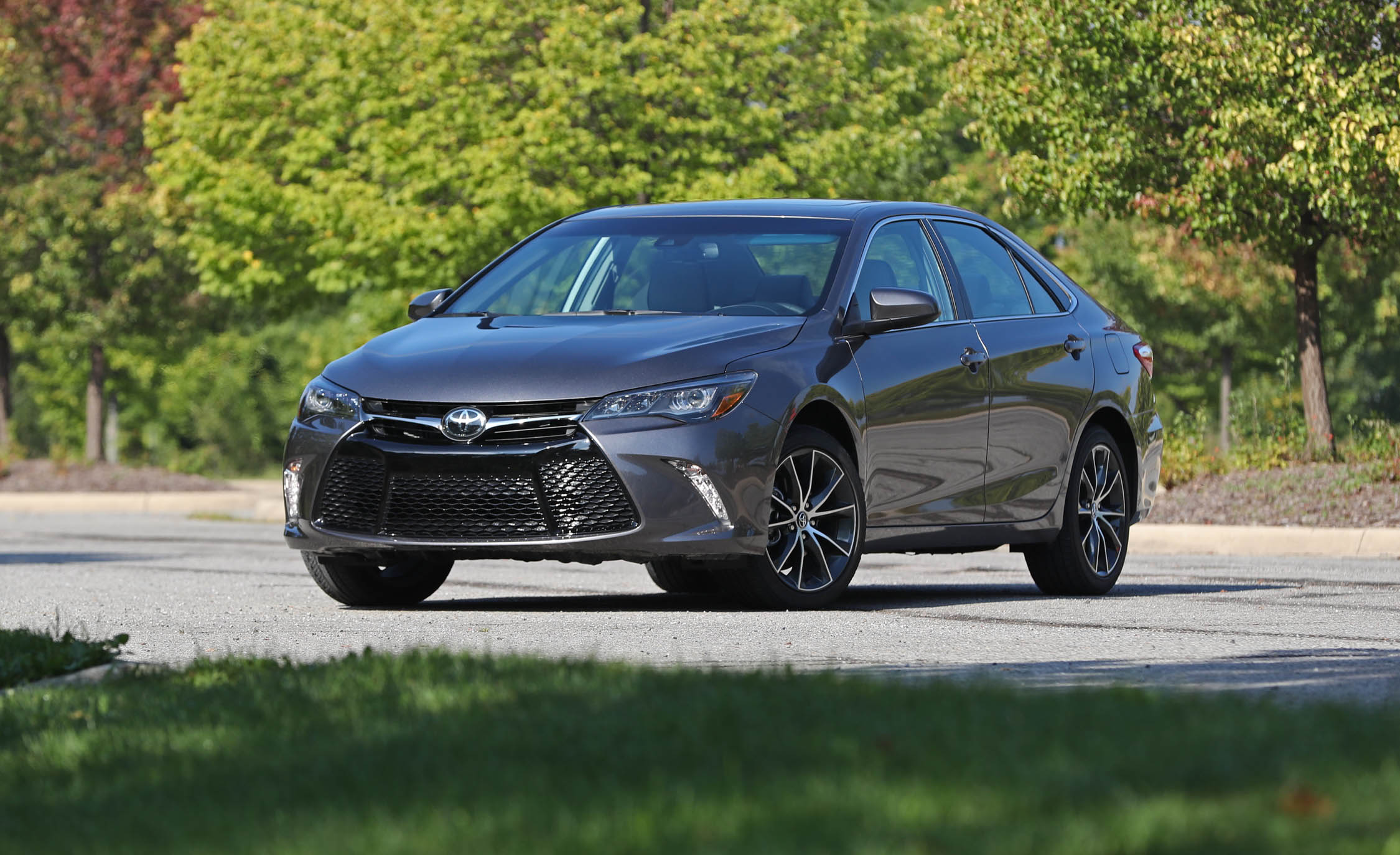 2017 Toyota Camry Exterior (Photo 2 of 37)