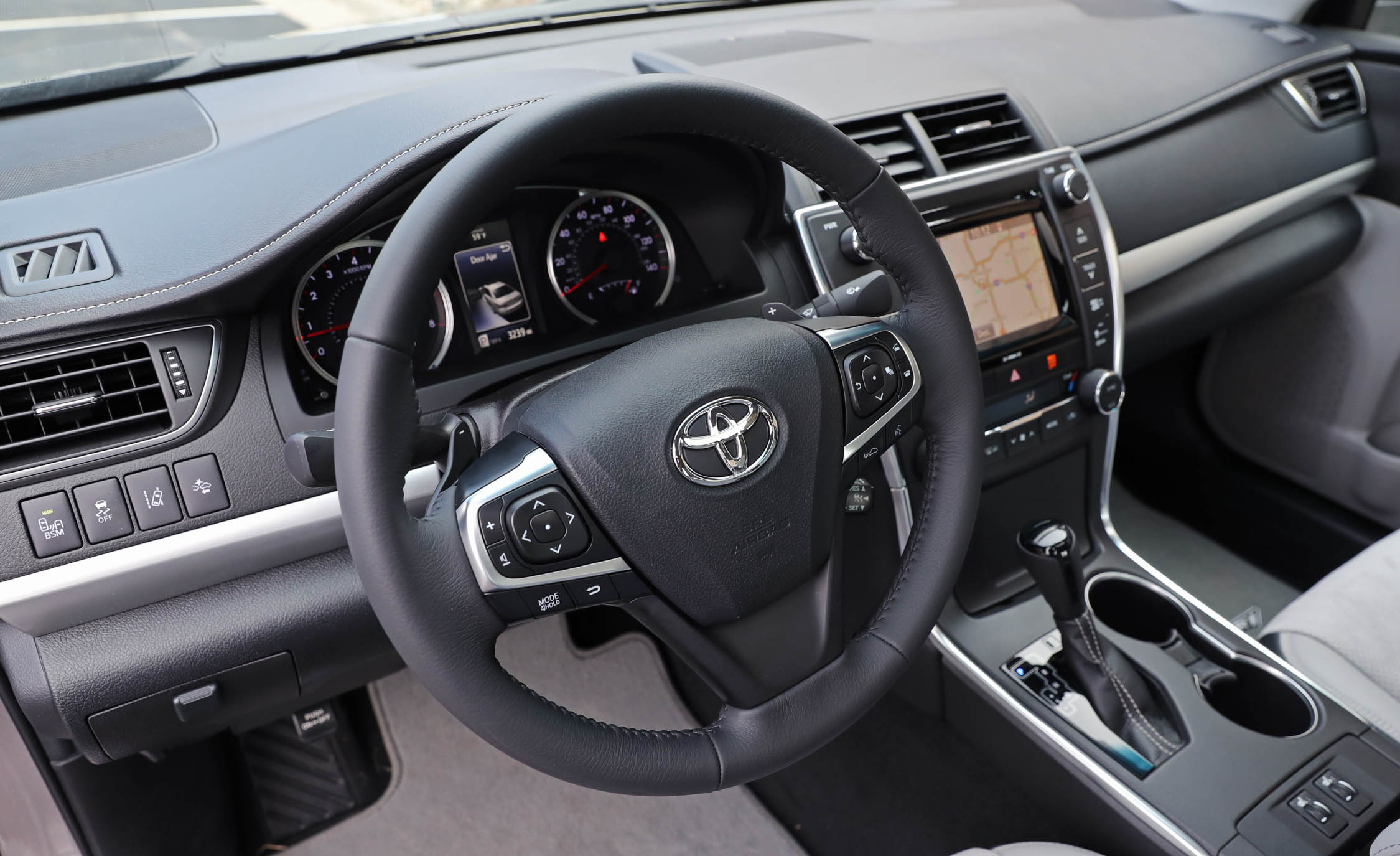 2017 Toyota Camry Interior View Cockpit Steering And Dash (Photo 23 of 37)