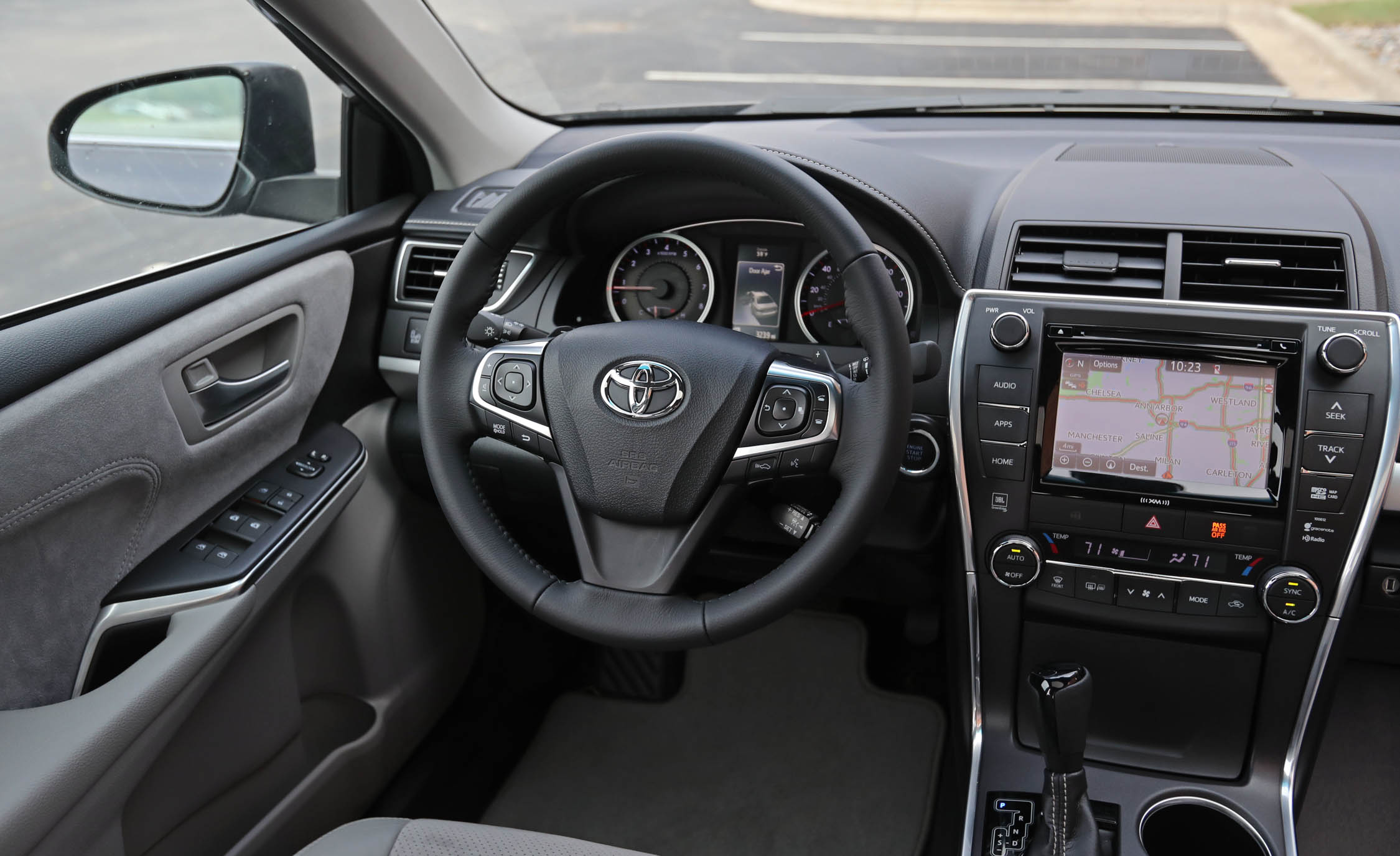 2017 Toyota Camry Interior View Steering Wheel (Photo 25 of 37)