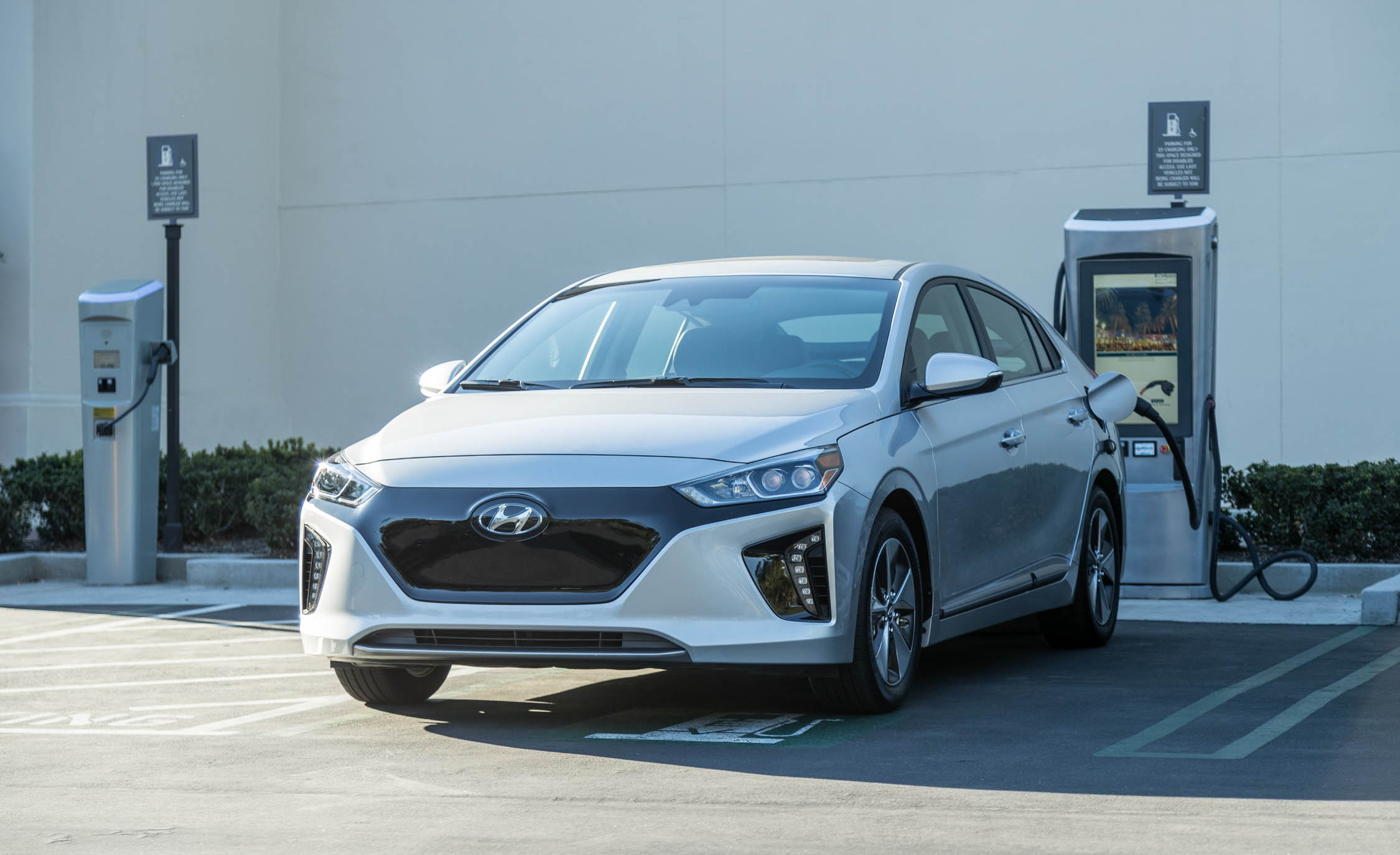 2017 Hyundai Ioniq Electric Exterior Front Profile (Photo 4 of 67)