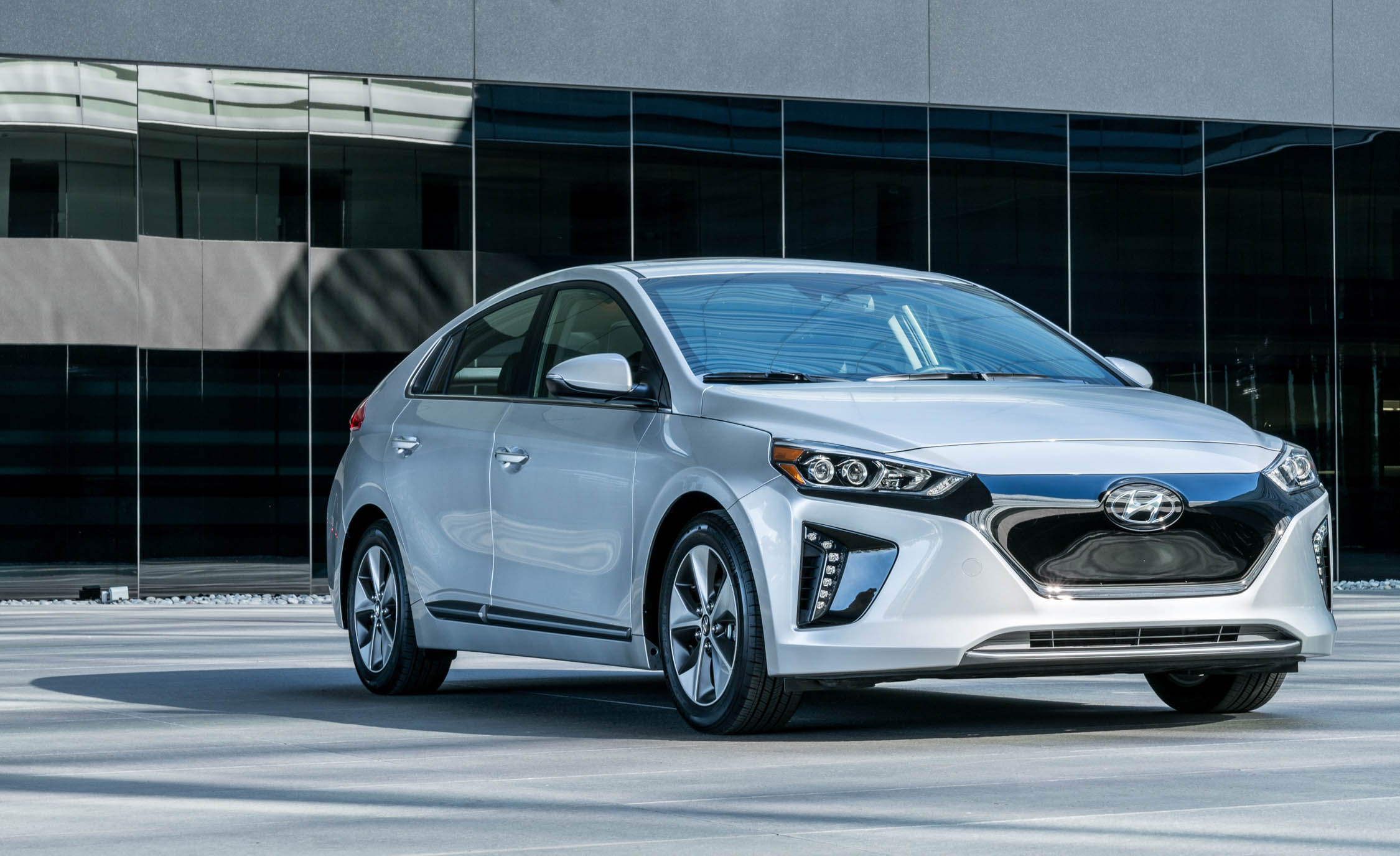 2017 Hyundai Ioniq Electric Exterior Front (Photo 3 of 67)