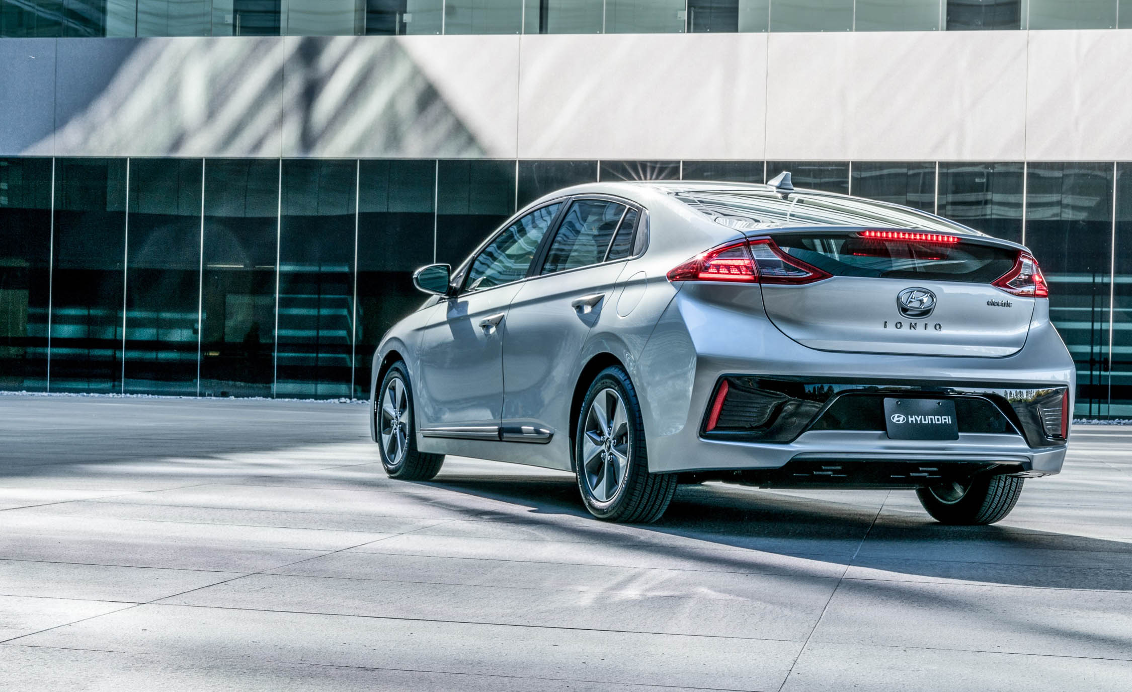 2017 Hyundai Ioniq Electric Exterior Rear And Side (Photo 5 of 67)
