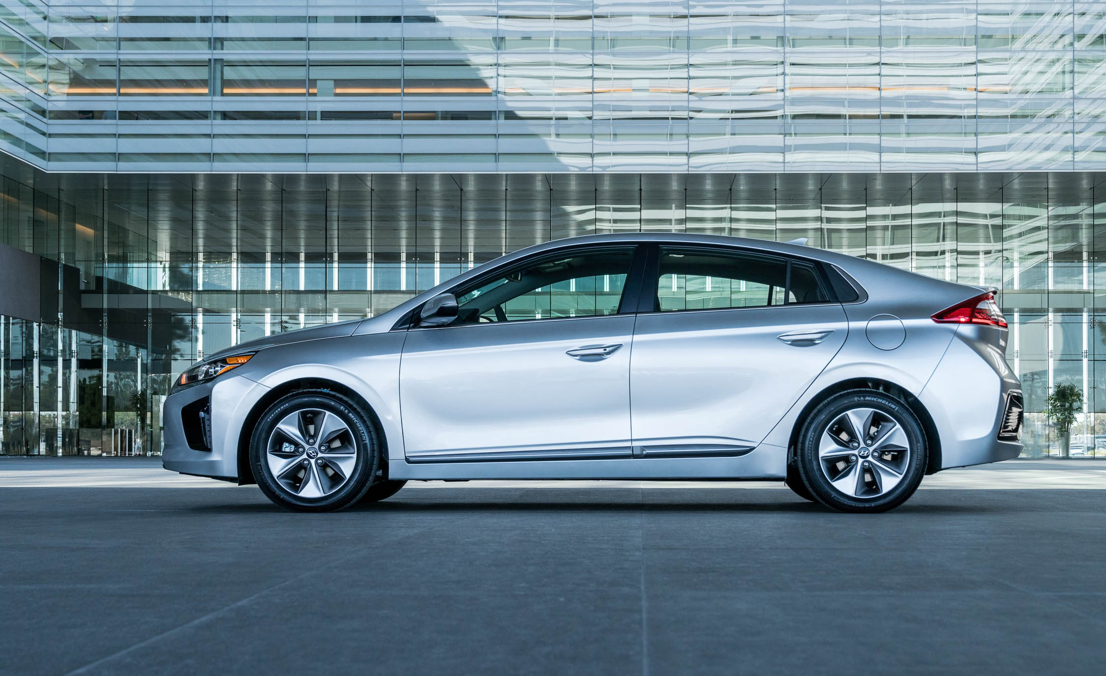 2017 Hyundai Ioniq Electric Exterior Side Profile (Photo 8 of 67)