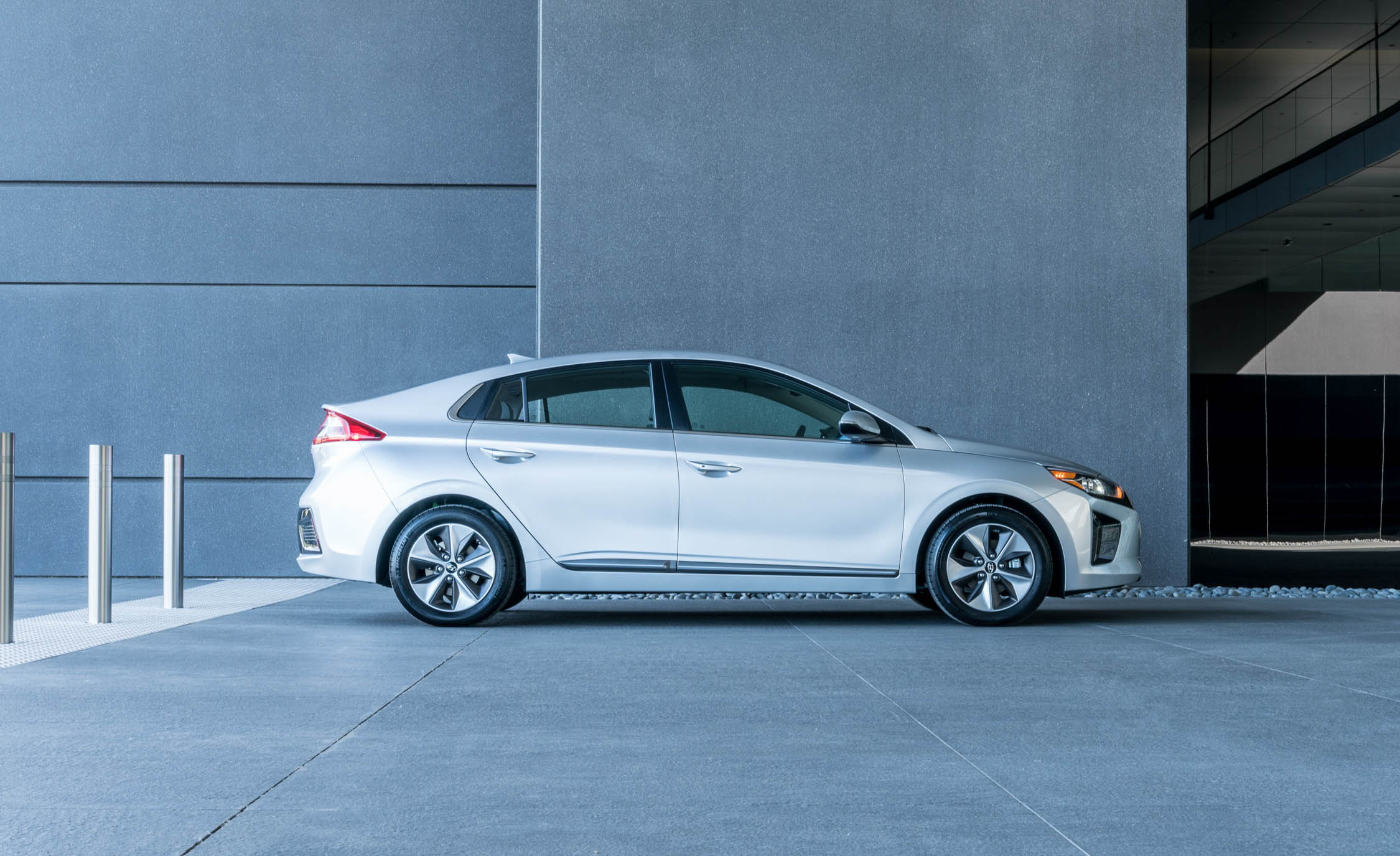 2017 Hyundai Ioniq Electric Exterior Side (Photo 6 of 67)