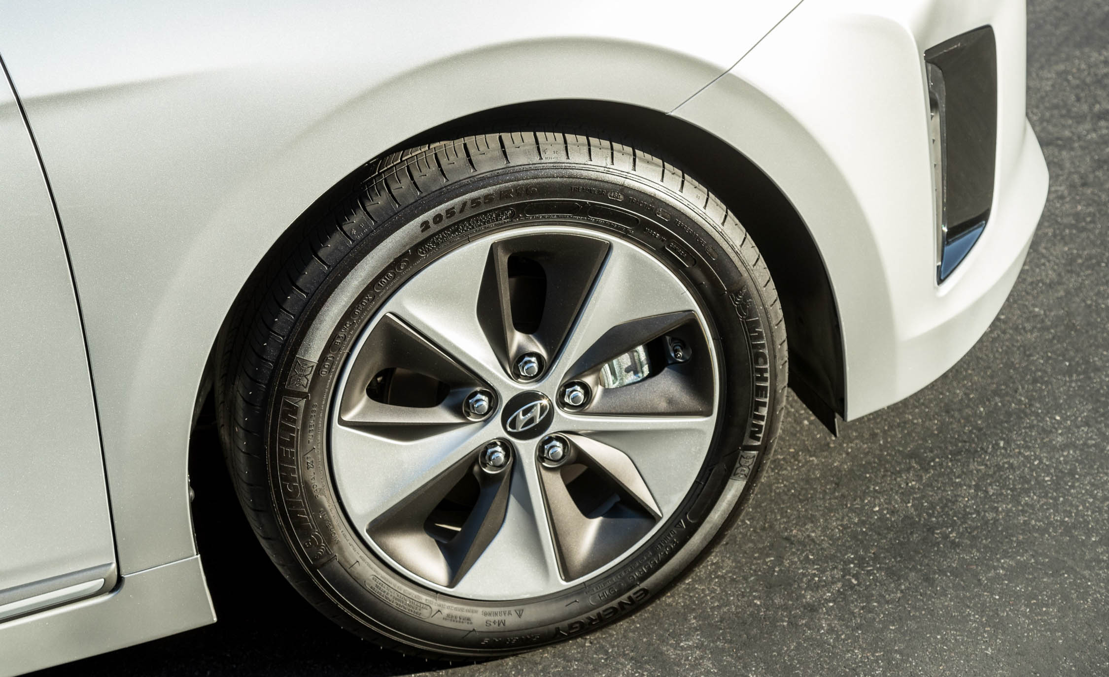 2017 Hyundai Ioniq Electric Exterior View Wheel Profile (Photo 17 of 67)