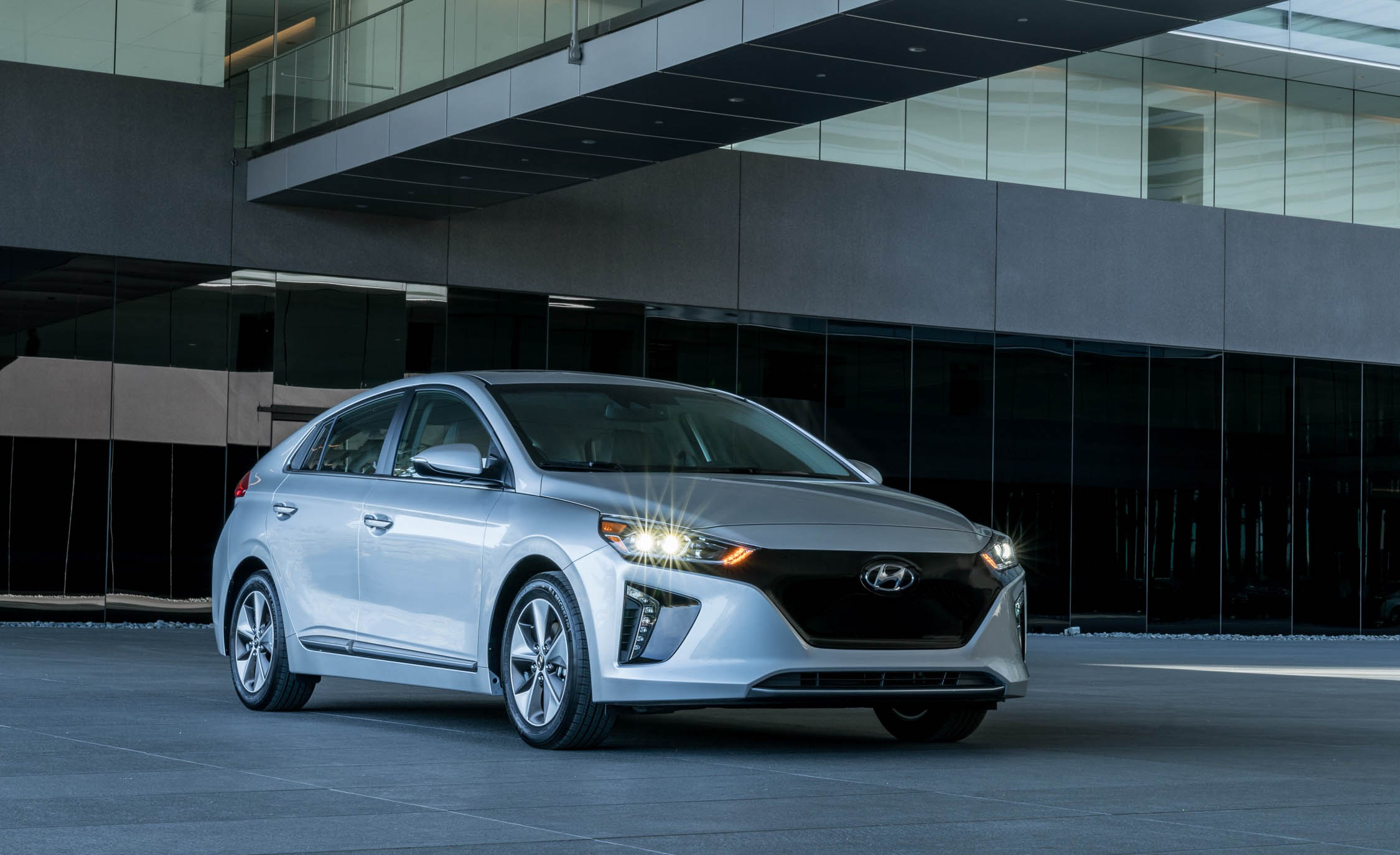 2017 Hyundai Ioniq Electric Exterior (Photo 2 of 67)