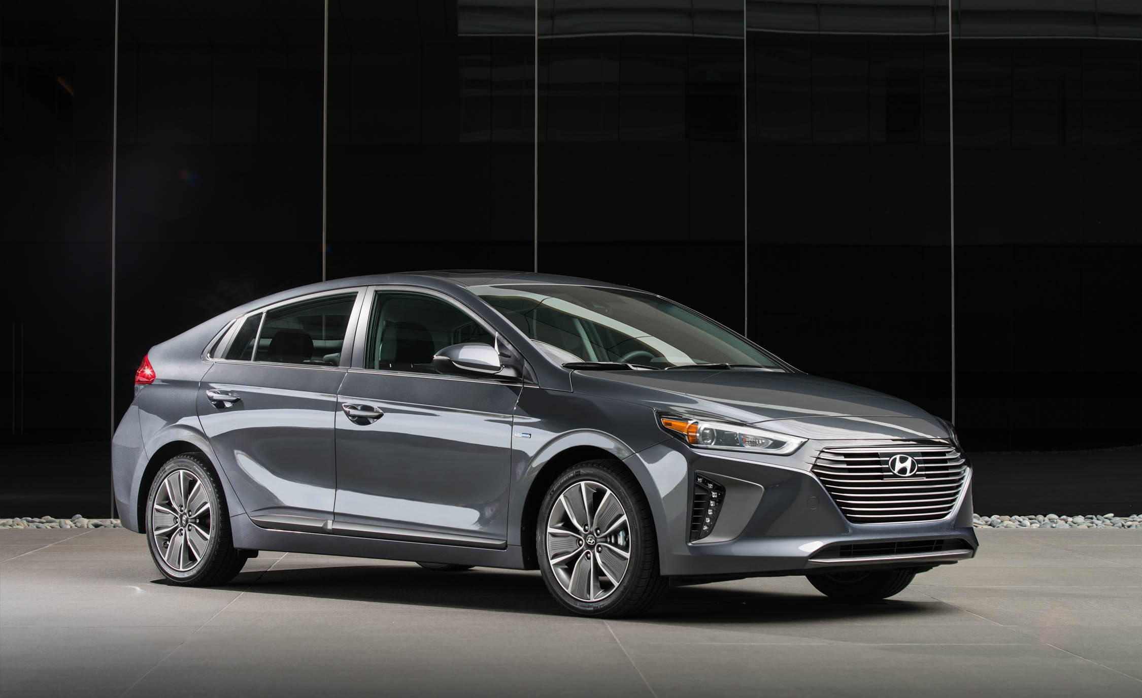 2017 Hyundai Ioniq Hybrid Exterior Front And Side (Photo 39 of 67)