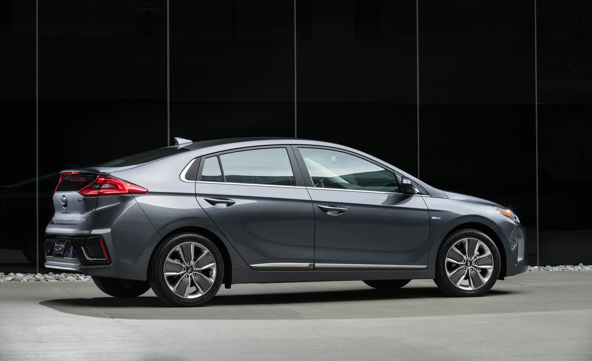 2017 Hyundai Ioniq Hybrid Exterior Side And Rear (Photo 42 of 67)