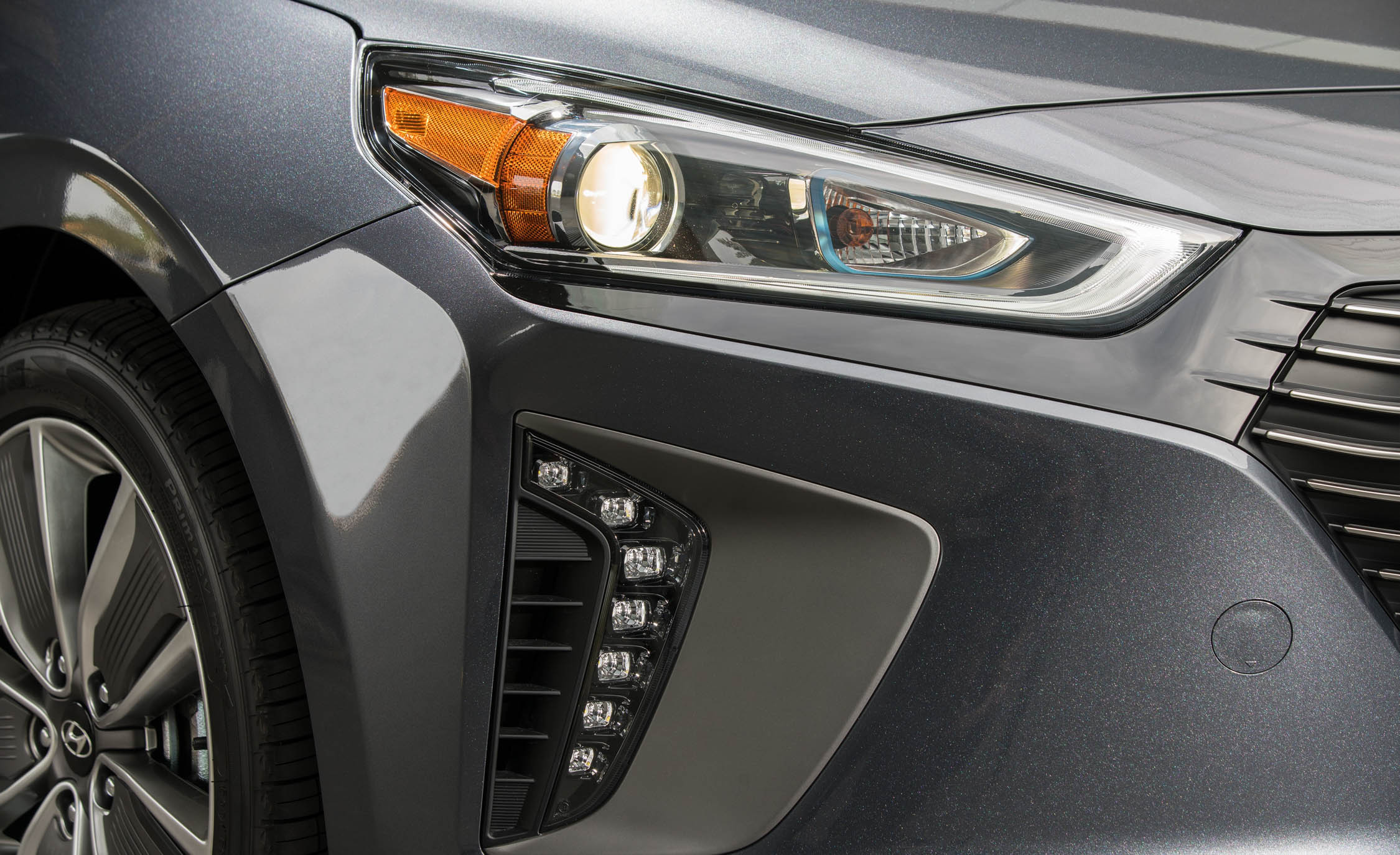 2017 Hyundai Ioniq Hybrid Exterior View Headlight (Photo 45 of 67)