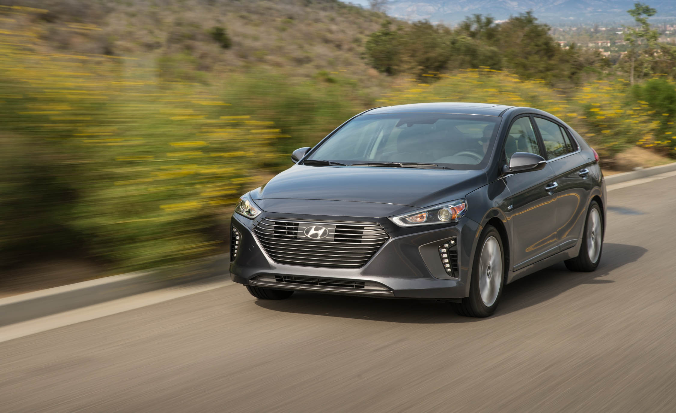 2017 Hyundai Ioniq Hybrid Test Drive (Photo 58 of 67)