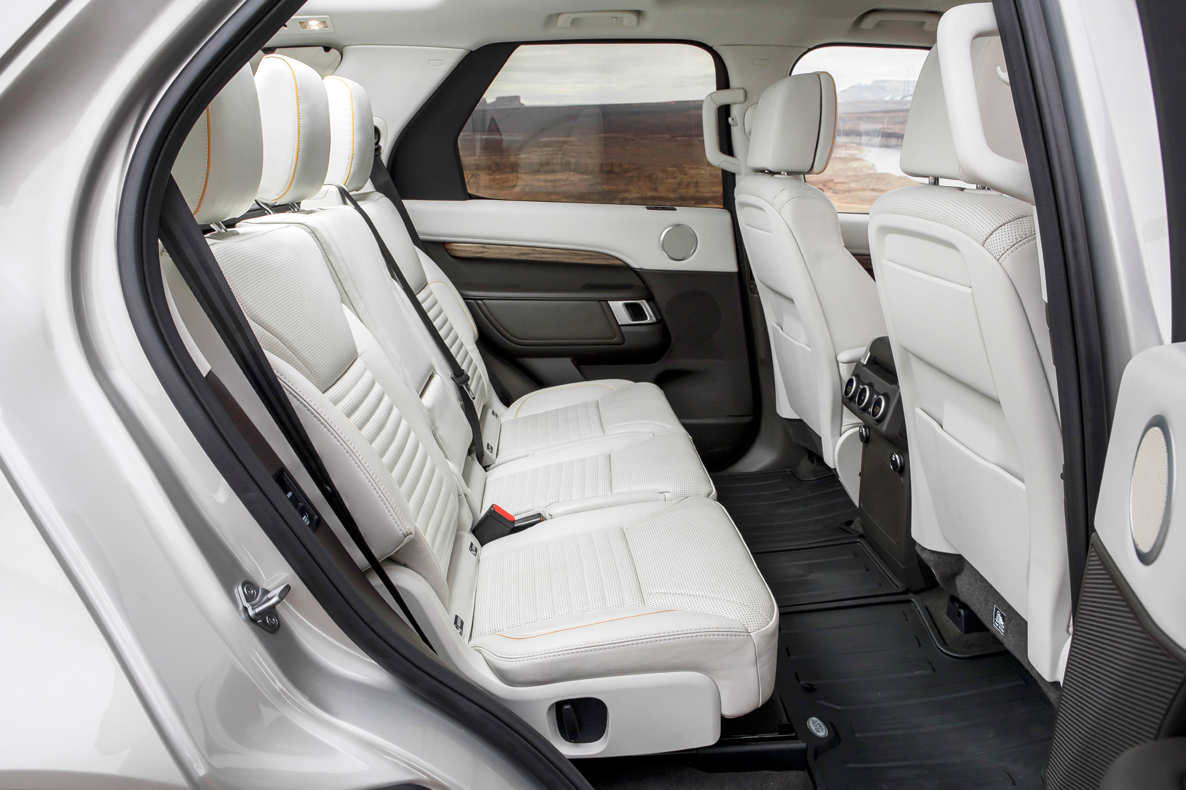 2017 Land Rover Discovery Interior Seats Rear (Photo 6 of 17)