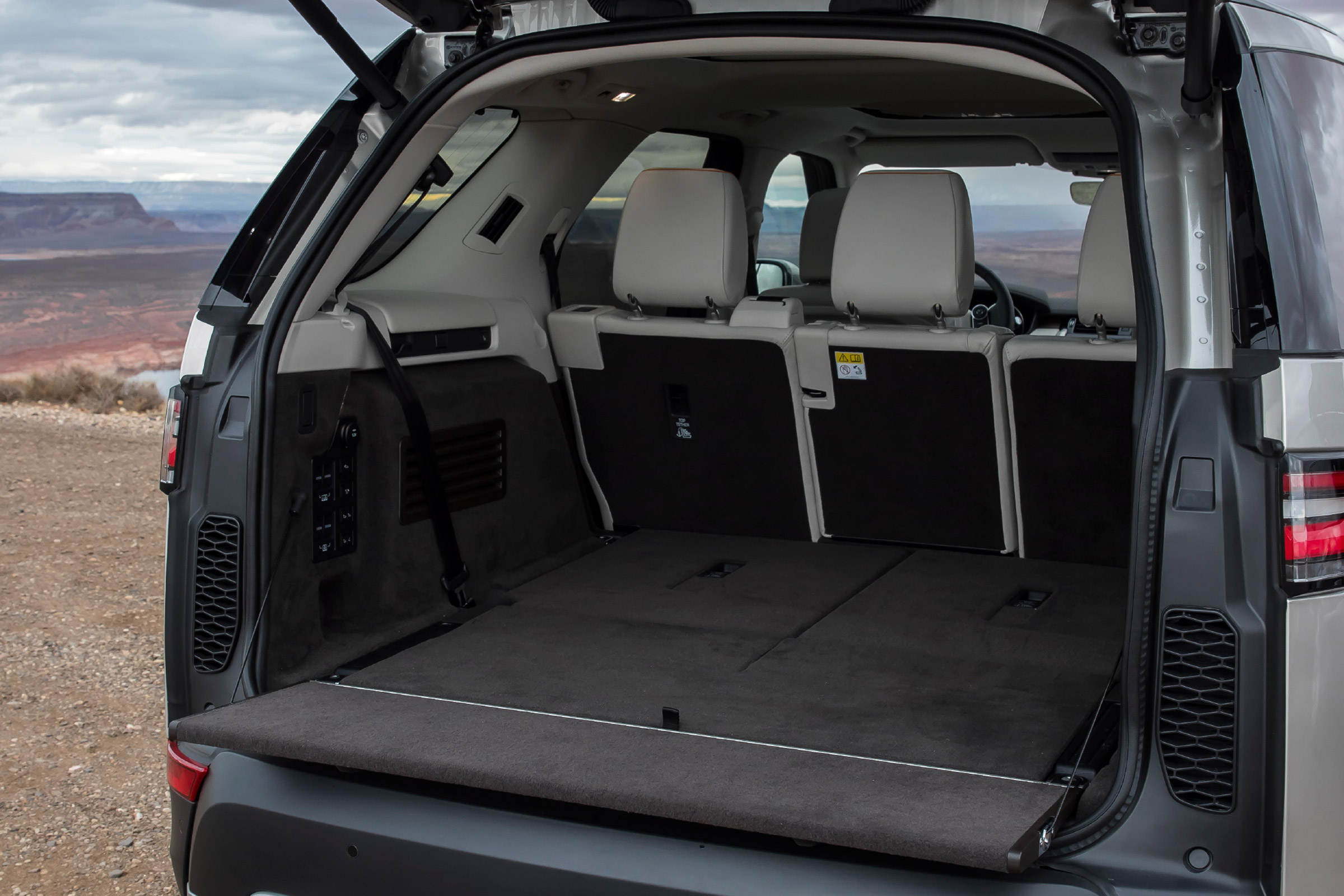 2017 Land Rover Discovery Interior View Cargo Seats Folded (Photo 10 of 17)