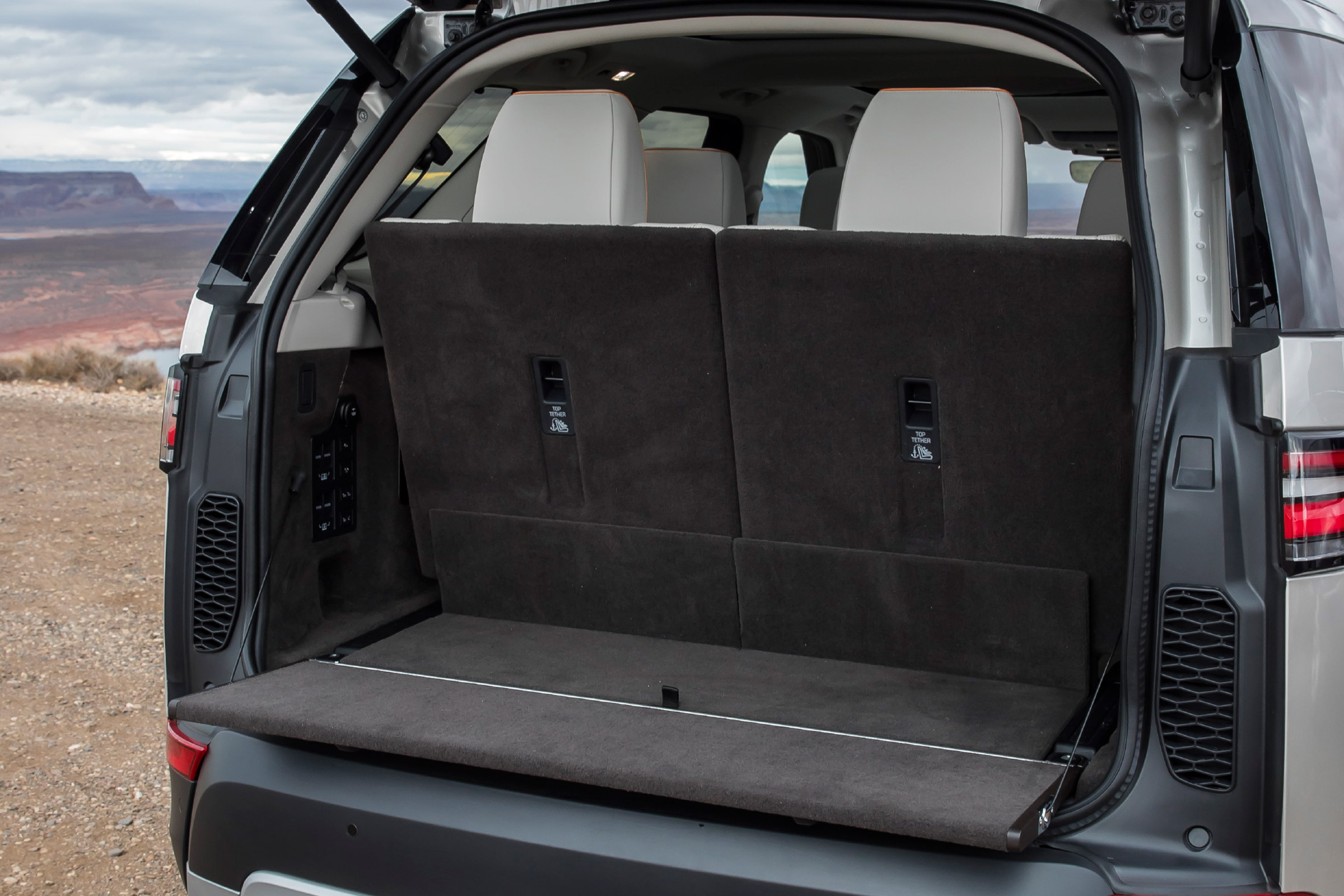 2017 Land Rover Discovery Interior View Cargo (Photo 9 of 17)