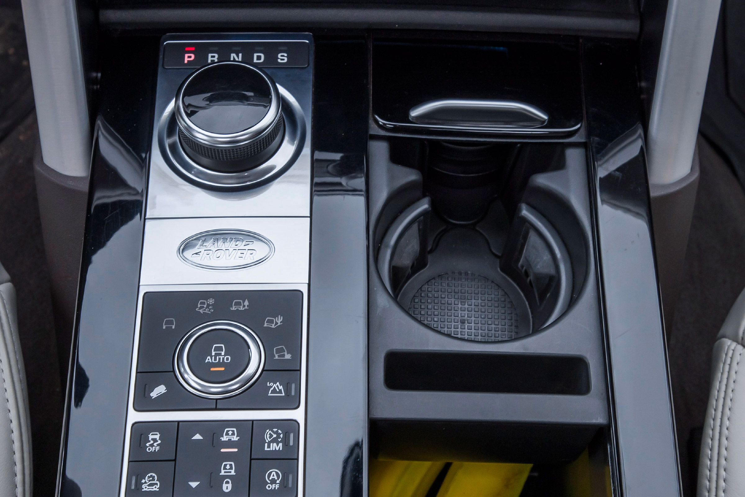 2017 Land Rover Discovery Interior View Gear Shifter And Center Console (Photo 12 of 17)