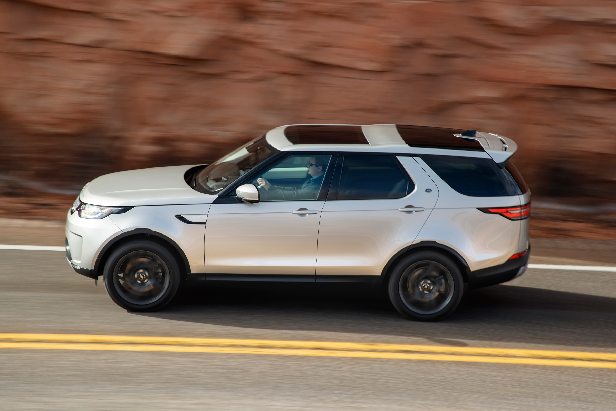 2017 Land Rover Discovery Test Drive Side View (Photo 16 of 17)