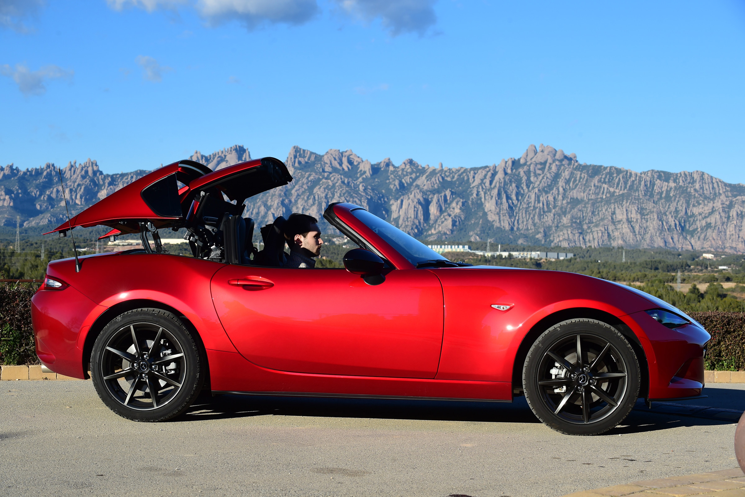 2017 Mazda MX 5 RF Exterior Red Roof Close (Photo 3 of 20)