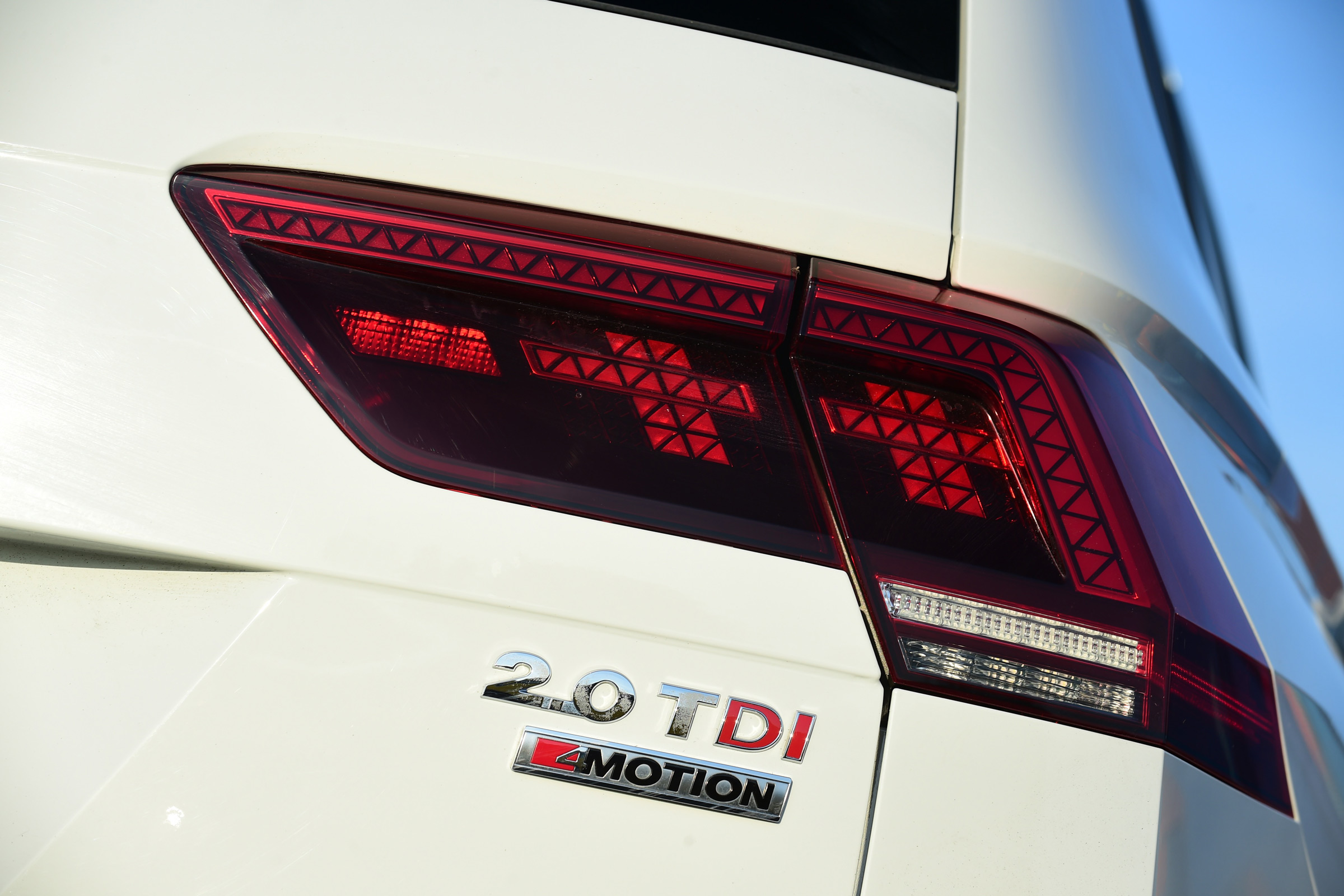 2017 Volkswagen Tiguan White Exterior View Taillight (Photo 24 of 27)