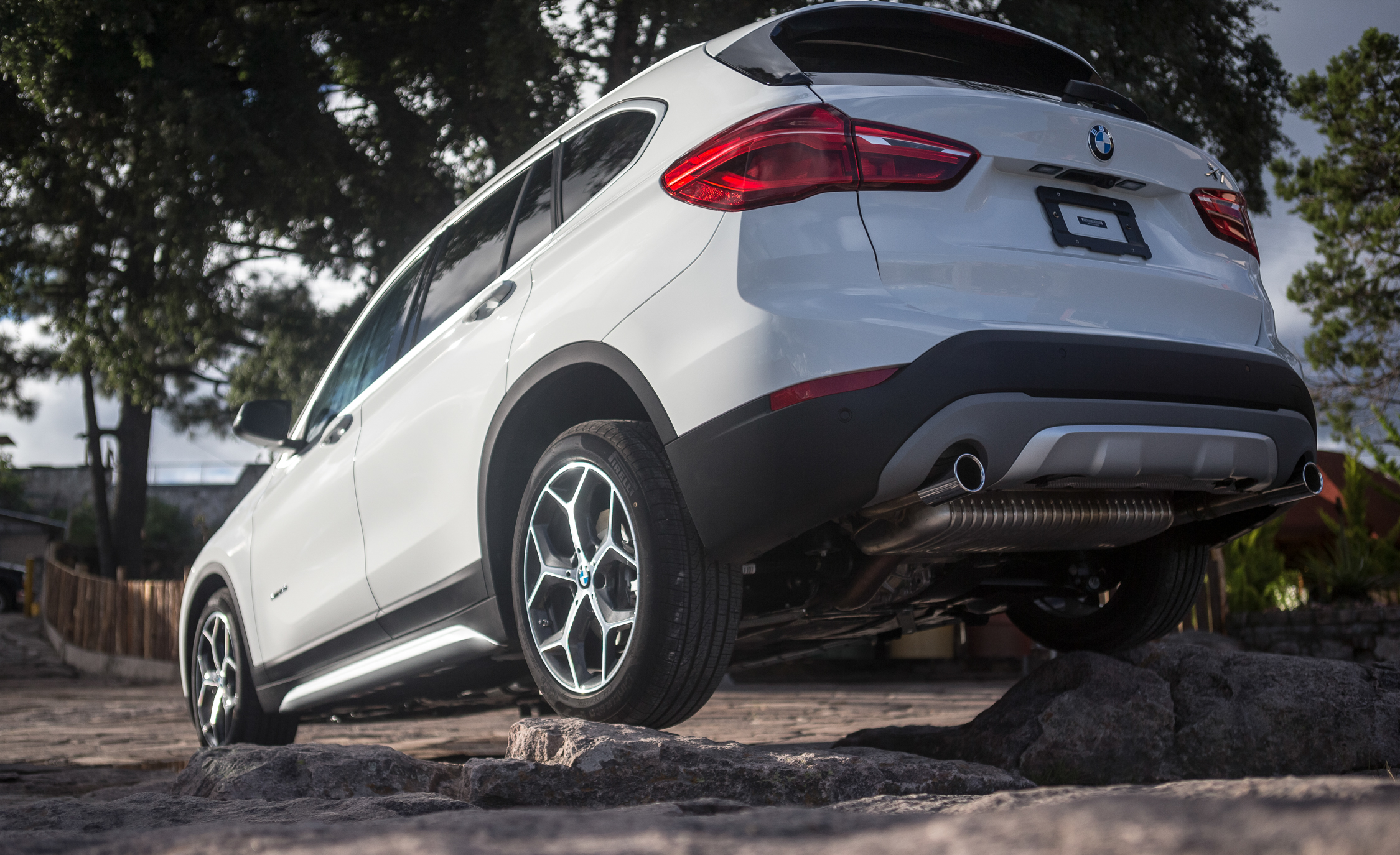 2016 BMW X1 Exterior White Metallic Rear And Side (Photo 32 of 36)