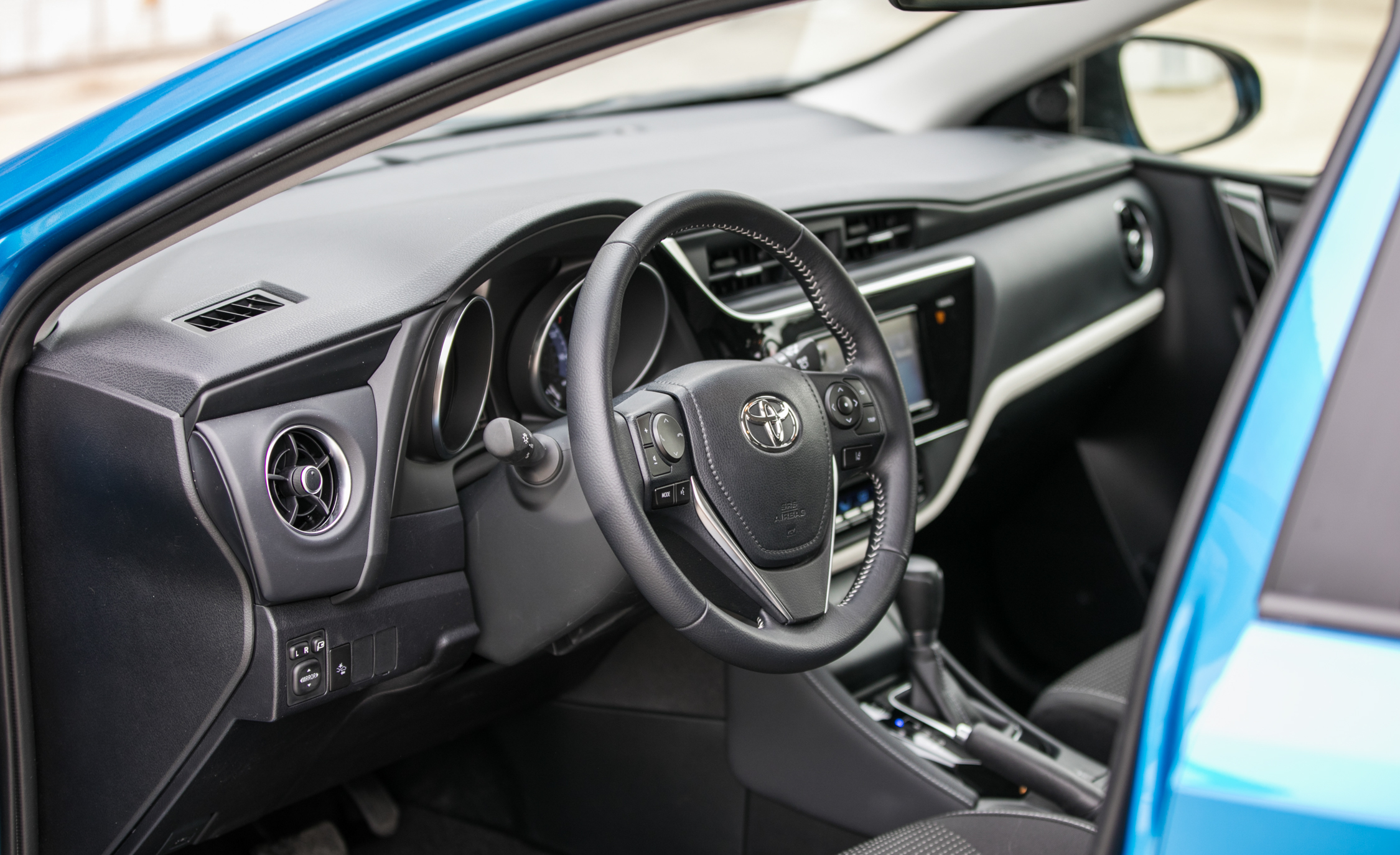 2017 Toyota Corolla IM Hatchback Interior Driver Cockpit Steering (Photo 25 of 52)