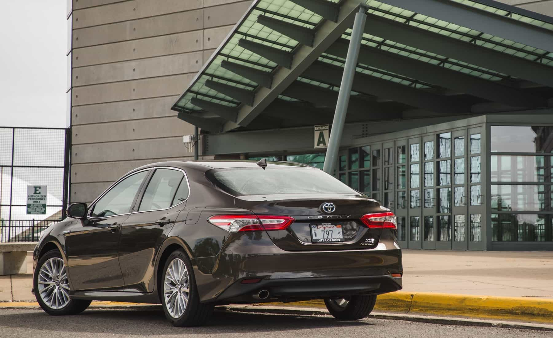 2018 Toyota Camry Hybrid XLE Exterior Rear And Side View (Photo 5 of 41)