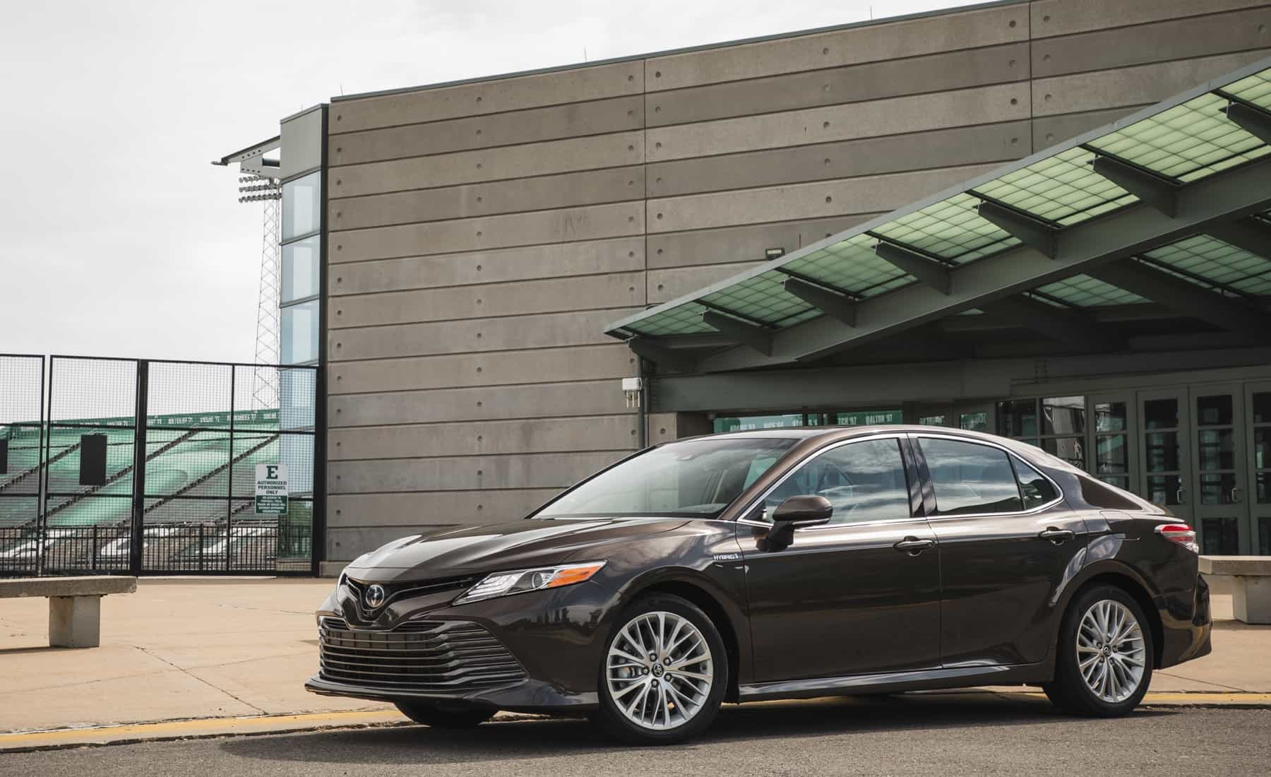 2018 Toyota Camry Hybrid XLE Exterior Side And Front (Photo 6 of 41)