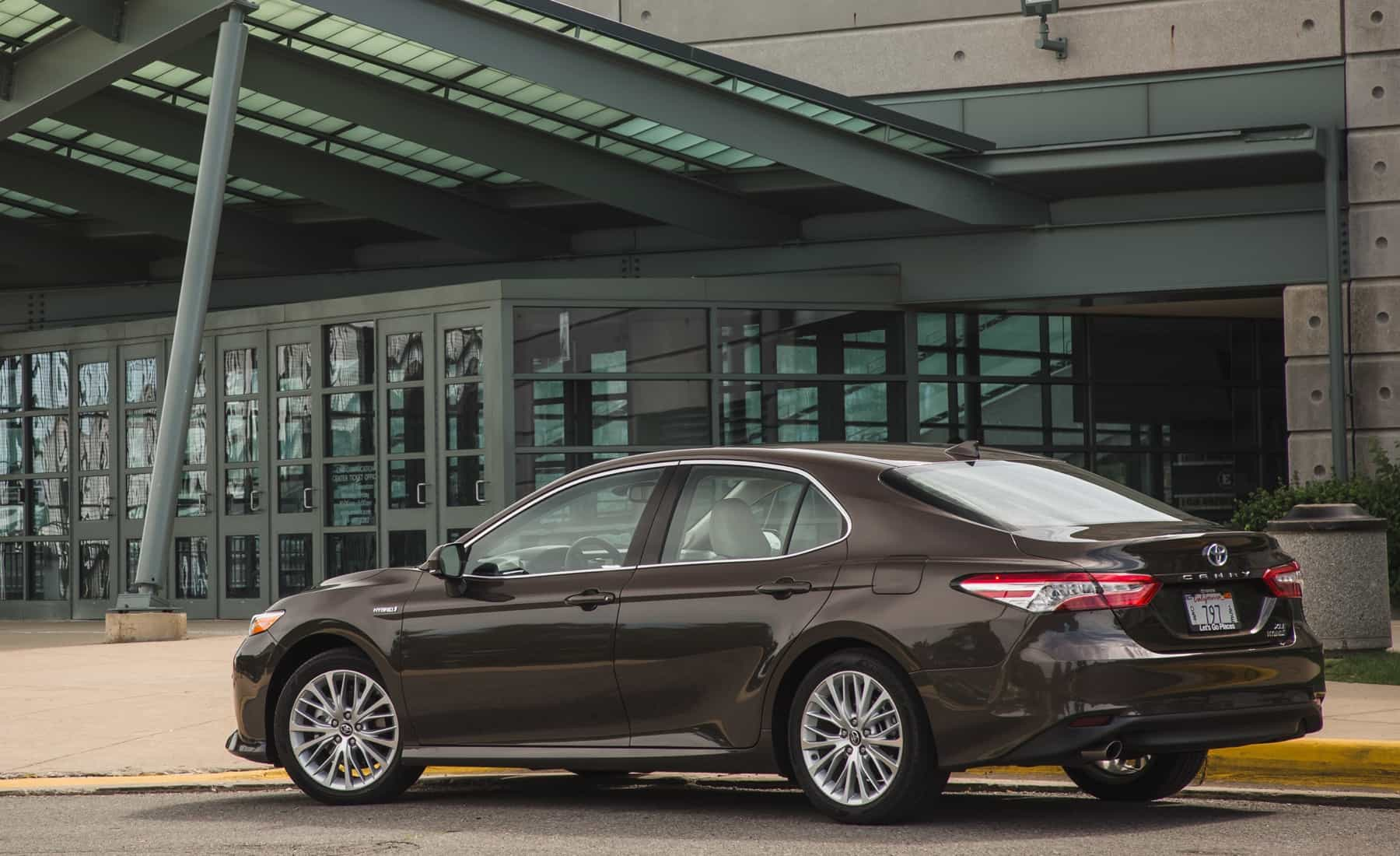 2018 Toyota Camry Hybrid XLE Exterior Side And Rear (Photo 7 of 41)