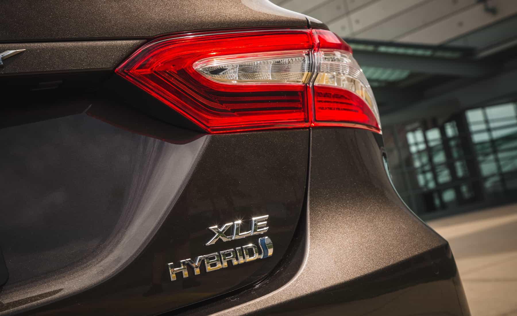 2018 Toyota Camry Hybrid XLE Exterior View Rear Emblem (Photo 12 of 41)