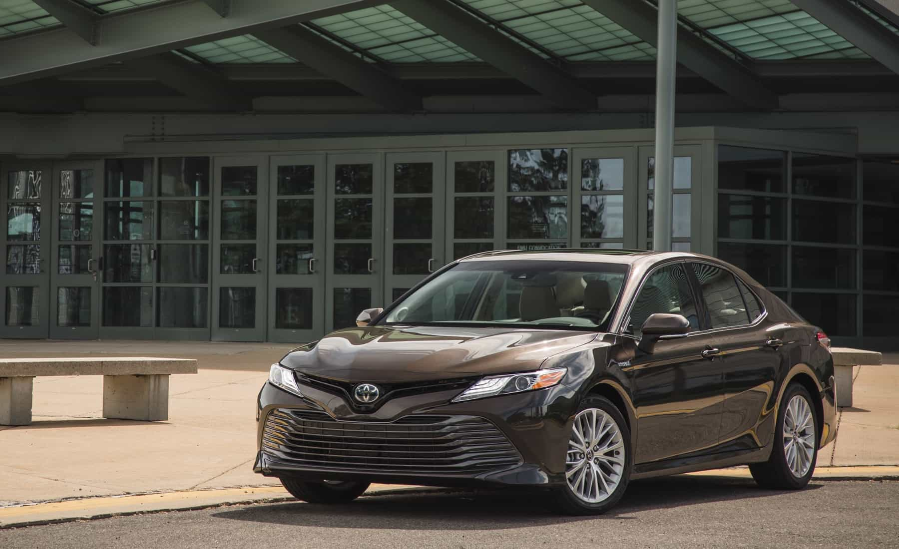 2018 Toyota Camry Hybrid XLE Exterior (Photo 2 of 41)